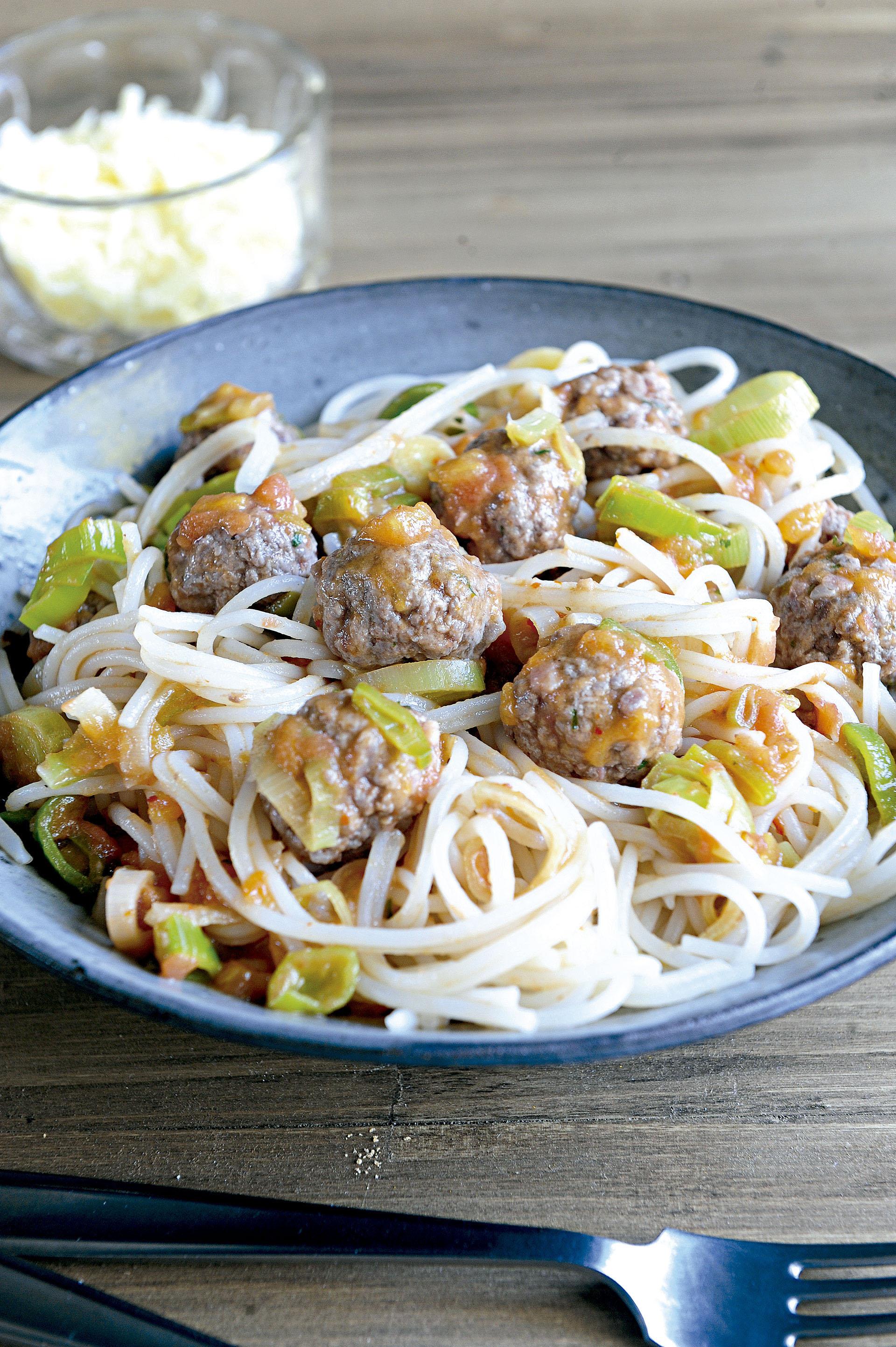 Polpetinas con hierbas y spaghetti de arroz