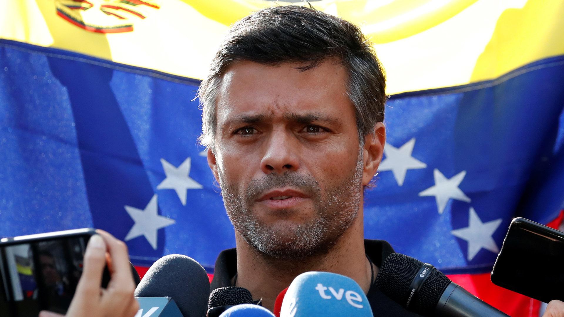 Leopolo López hable con los medios en la residencia del embajador español en Caracas (Reuters)