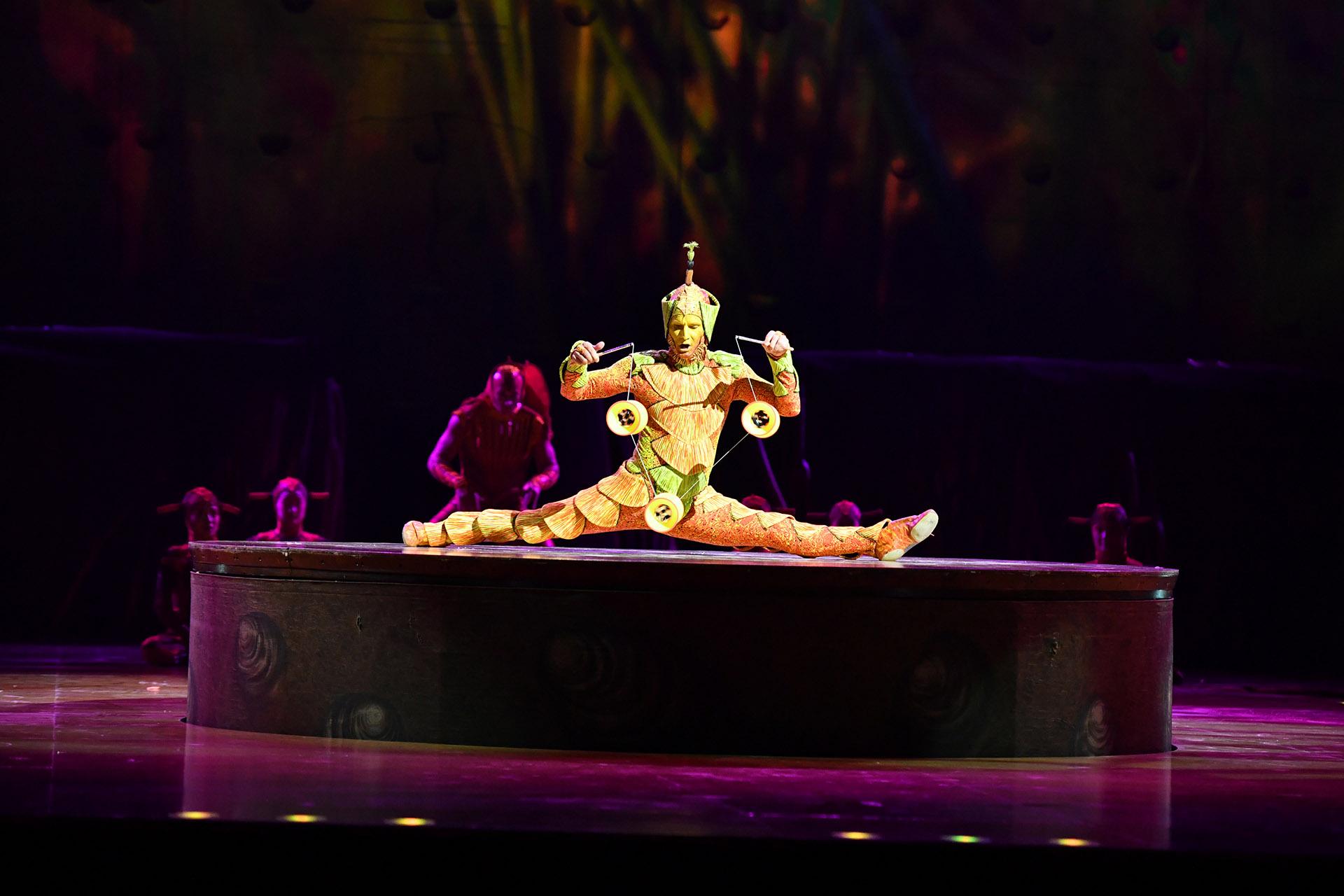 """El bicho canasto, rey del """"diábolo"""", pudiendo dominar hasta cuatro a la vez (Cirque du Soleil)"""