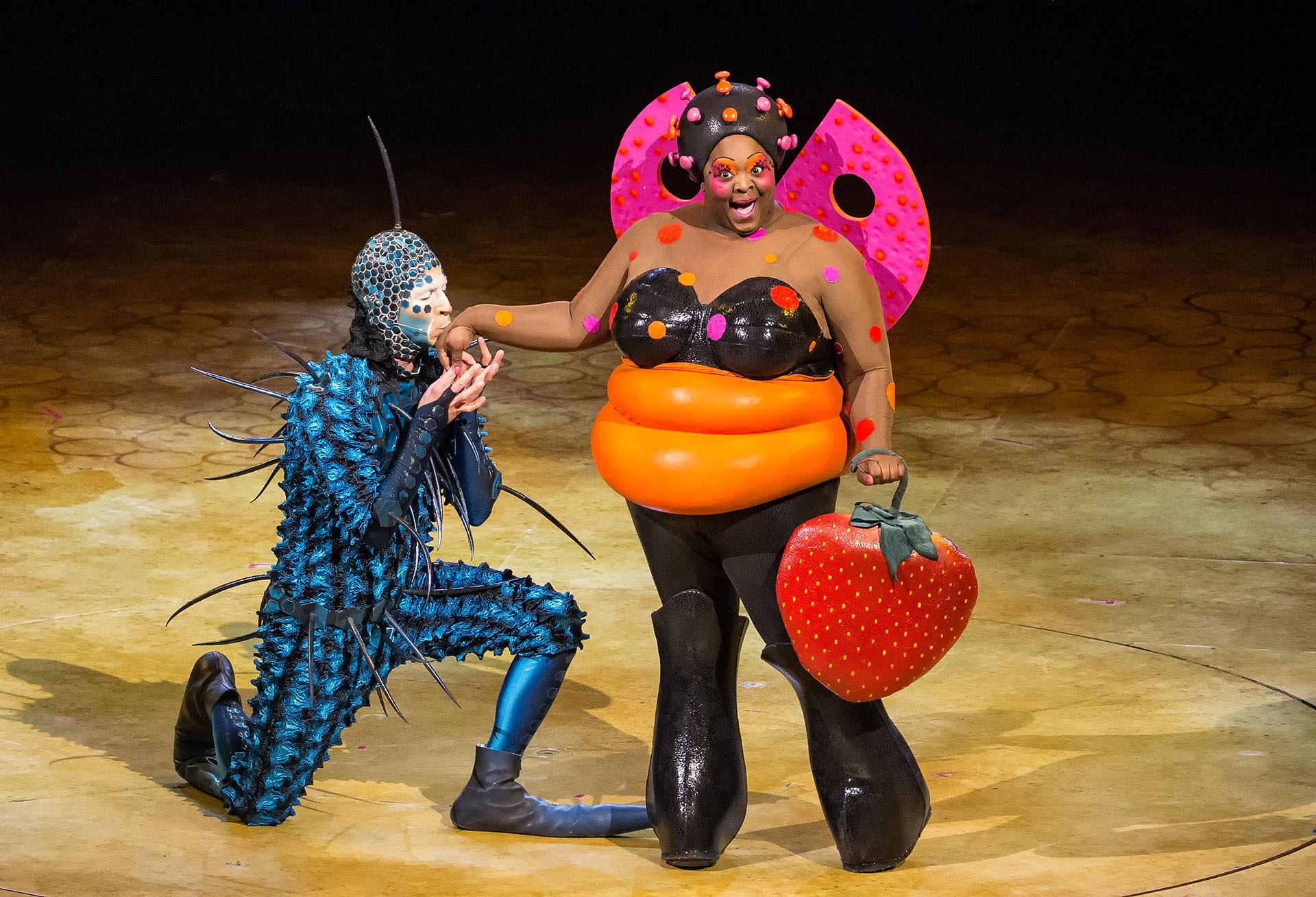 """El """"extranjero"""" intentando ganarse el corazón de Lady Bug (Cirque du Soleil)"""