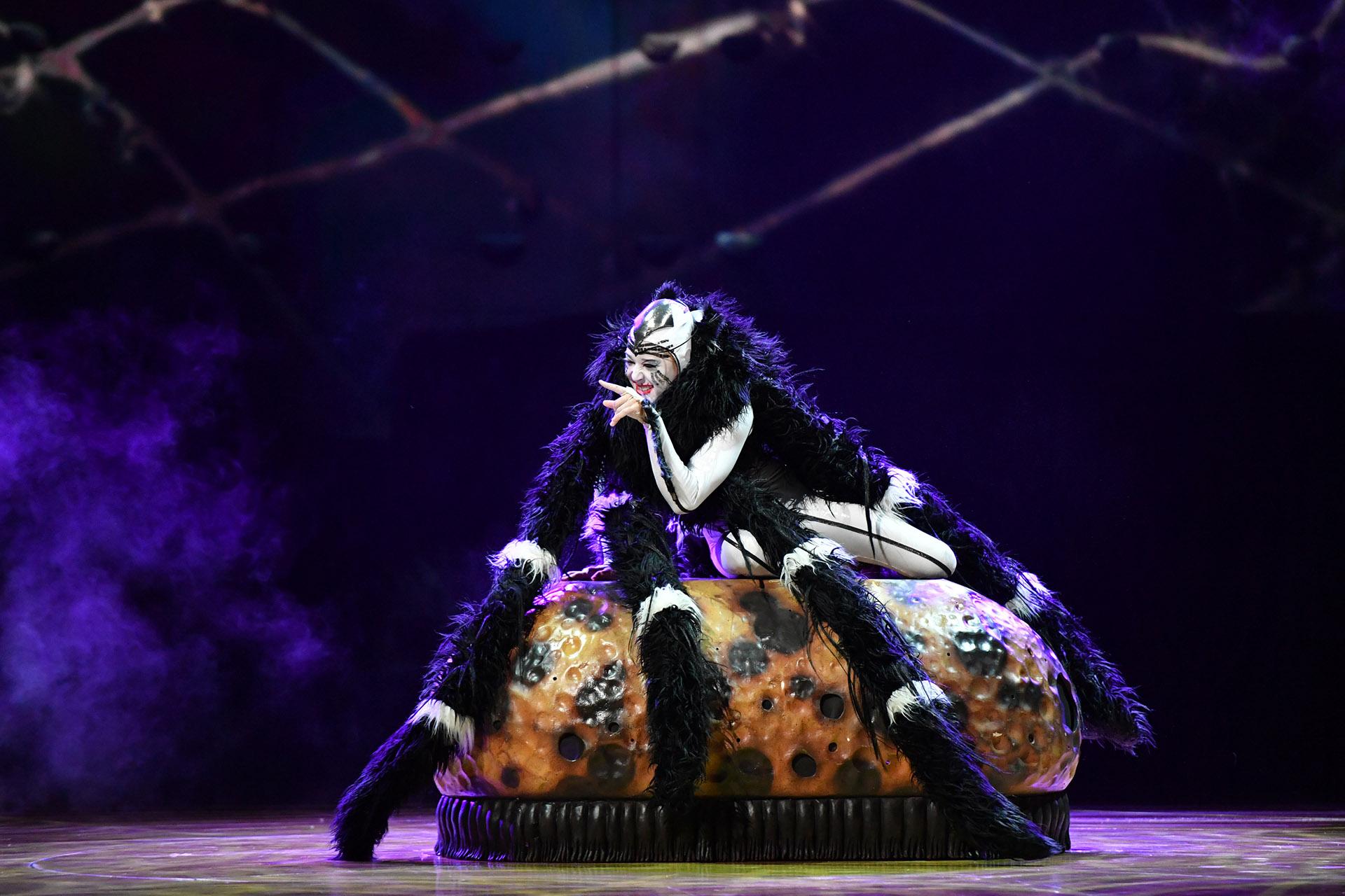 """La mujer araña tiene su momento destacado en """"OvO"""", tejiendo las redes que después salvarán a los acróbatas (Cirque du Soleil)"""