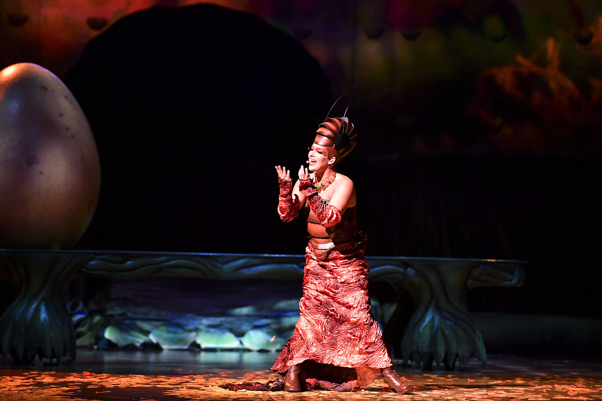 Dulce y melancólica, la abeja reina entona en todas y cada una de las canciones que interpreta la banda que está detrás de escena (Cirque du Soleil)