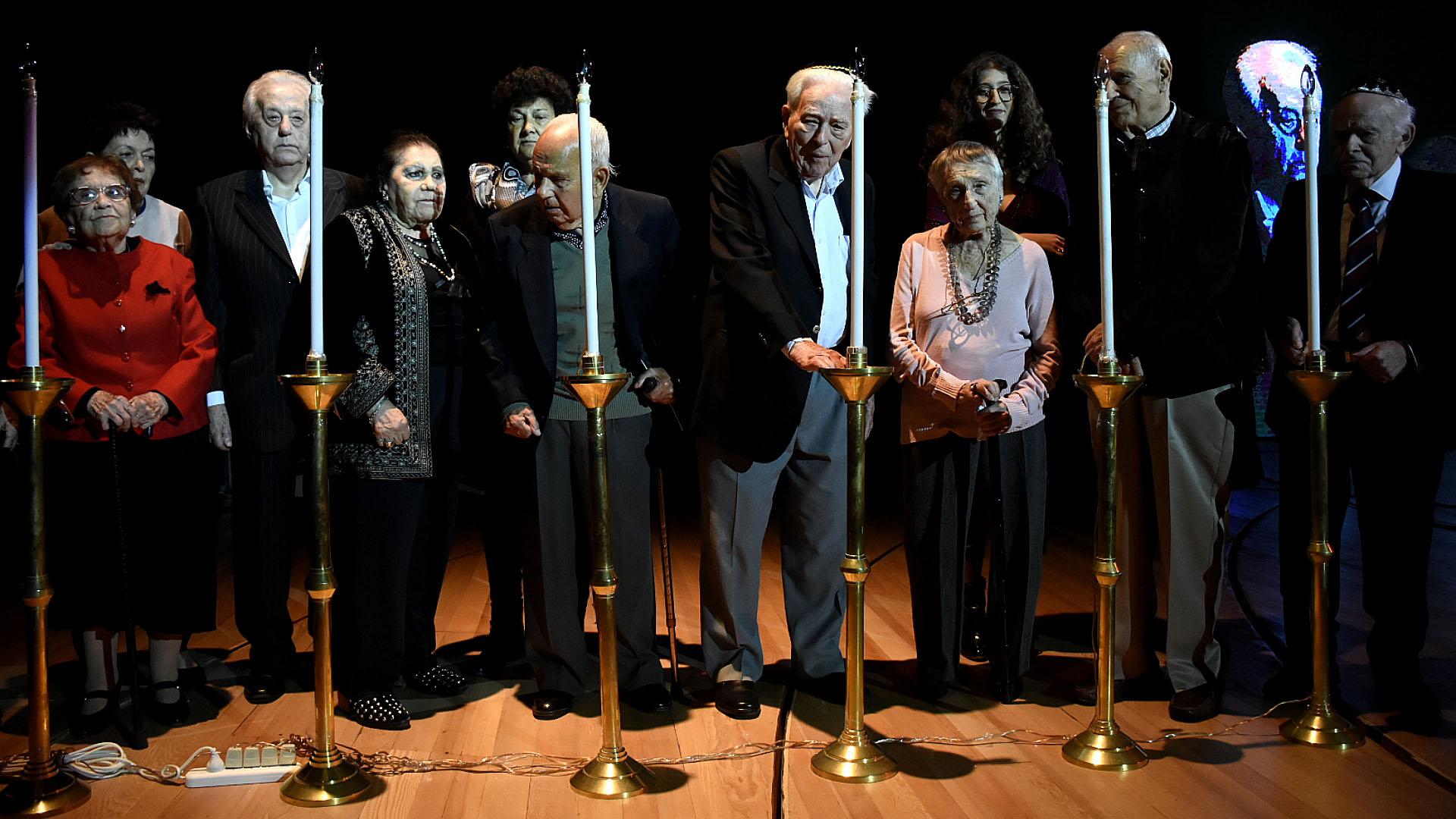 Los sobrevivientes del Holocausto encendieron velas en memoria por los 6 millones de judíos asesinados