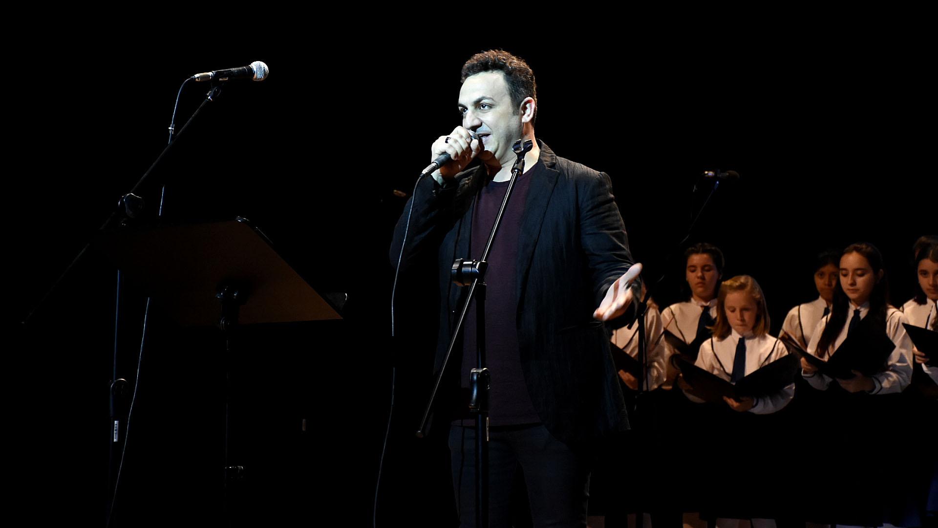 El artista Diego Topa participó del acto de la DAIA