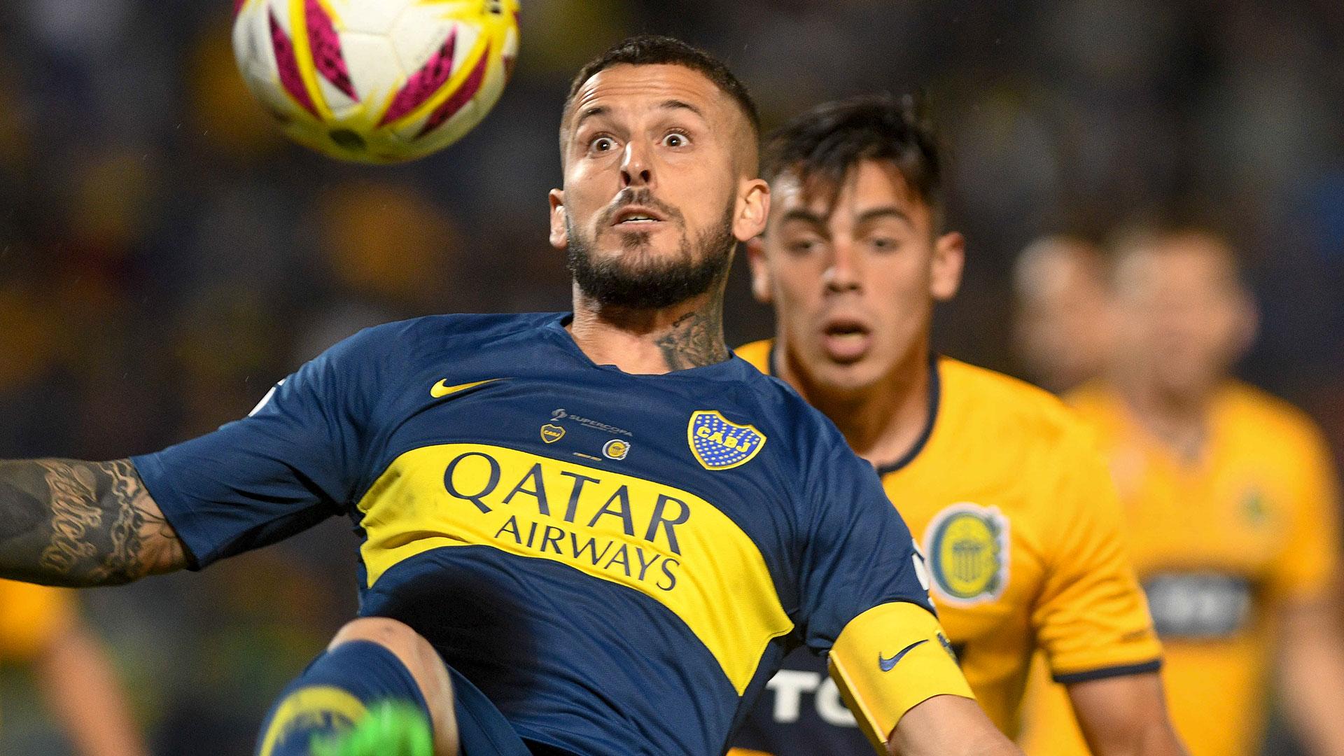 Darío Benedetto busca su gol en el área enemiga (Télam)