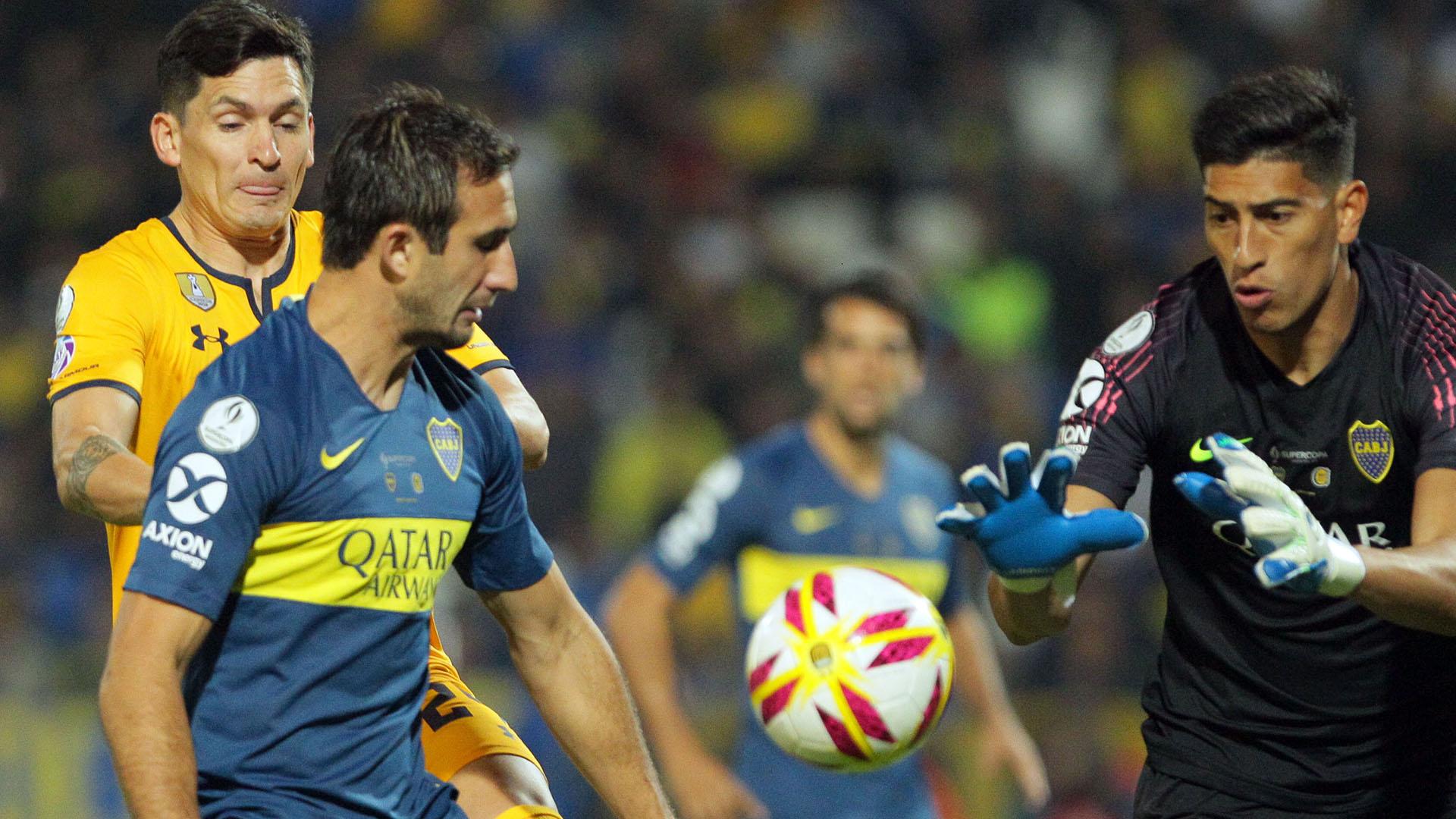 Izquierdoz y Andrada, en el control de la pelota (FOTO NA: DELFO RODRIGUEZ)