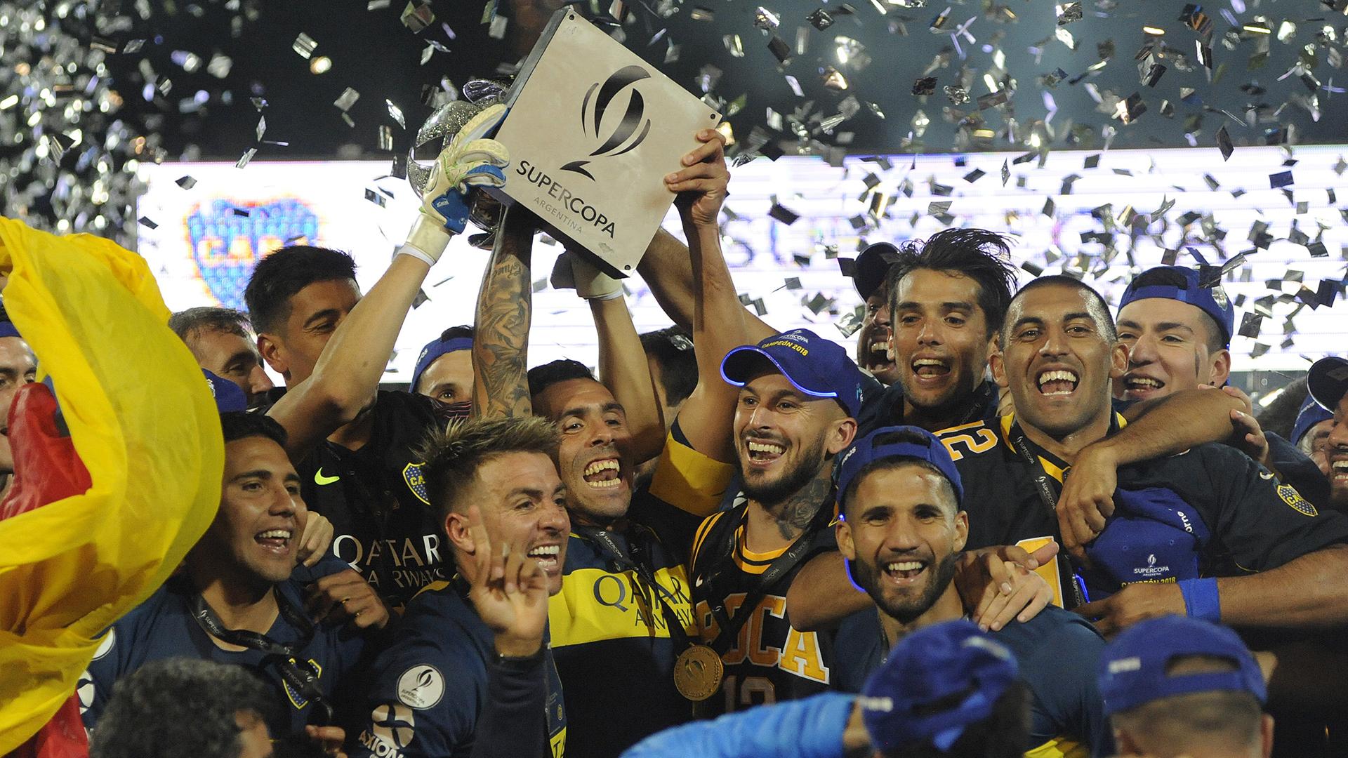 Los campeones levantan el trofeo conseguido en los penales (Foto Baires)