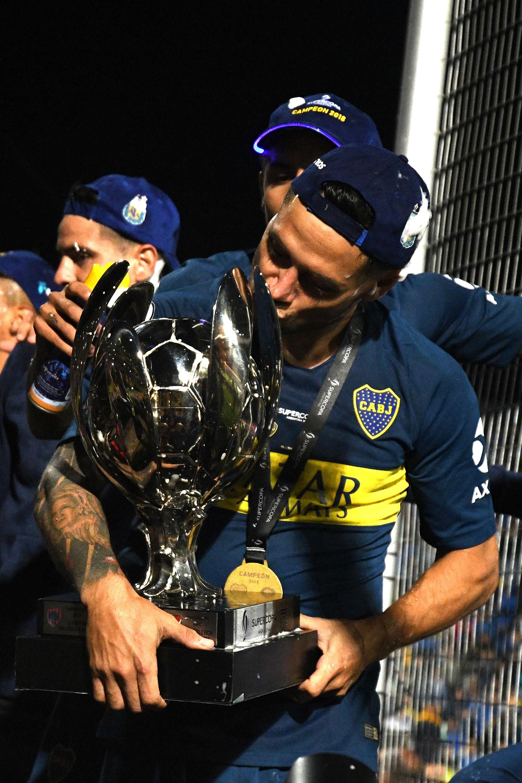 Todo el amor del uruguayo Nandez hacia el trofeo. Fue una de las figuras del partido (Foto: Télam)