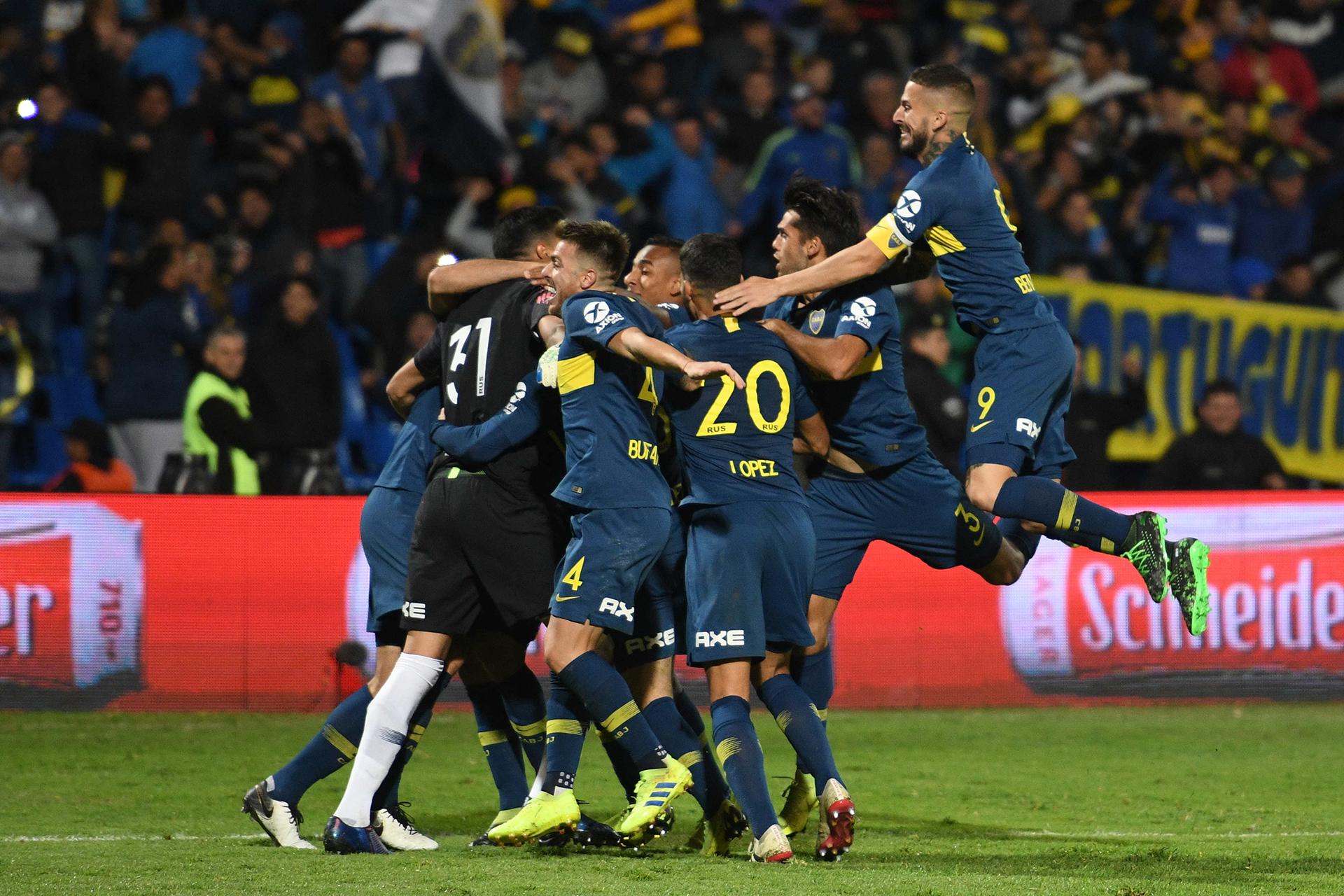 El instante de la explosión. Izquierdoz ya convirtió su penal: Boca se queda con la Supercopa que se le había negado tres veces (Foto: Télam)