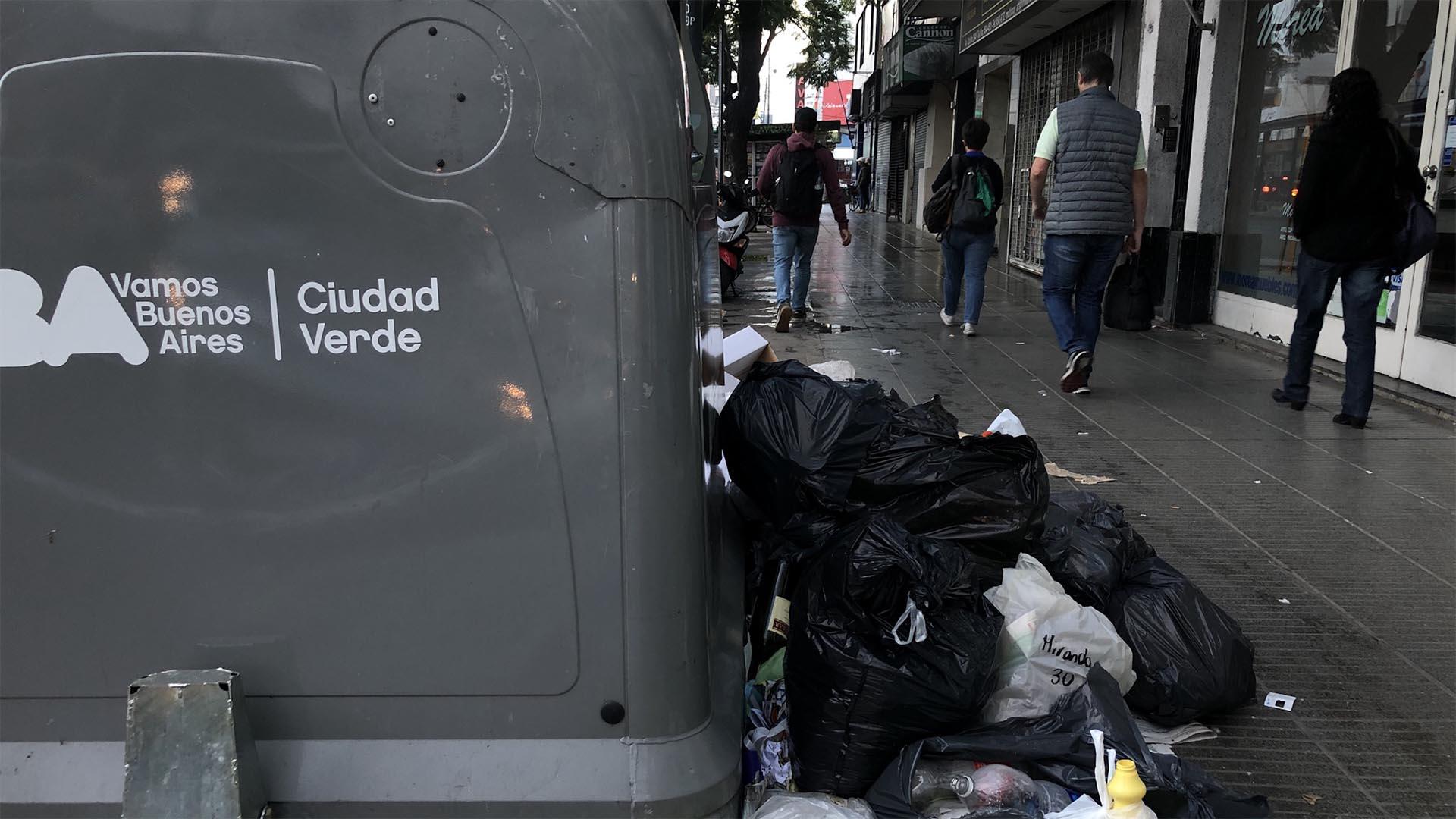 Bolsas de basura desparramadas en el barrio de Belgrano, en la calle Nuñez al 2800, entre las avenidas Cabildo y Congreso.