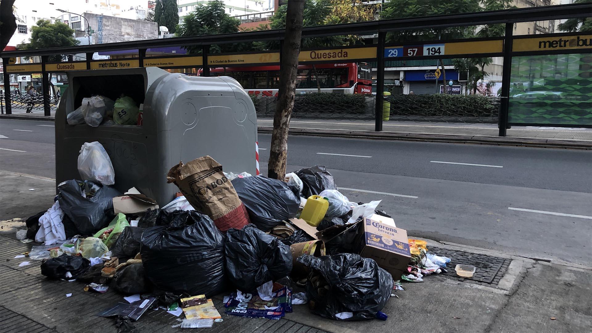 Por la falta de recolección de basura durante el paro del 30 de abril y el feriado del 1 de mayo, las calles amanecieron abarrotadas de residuos.