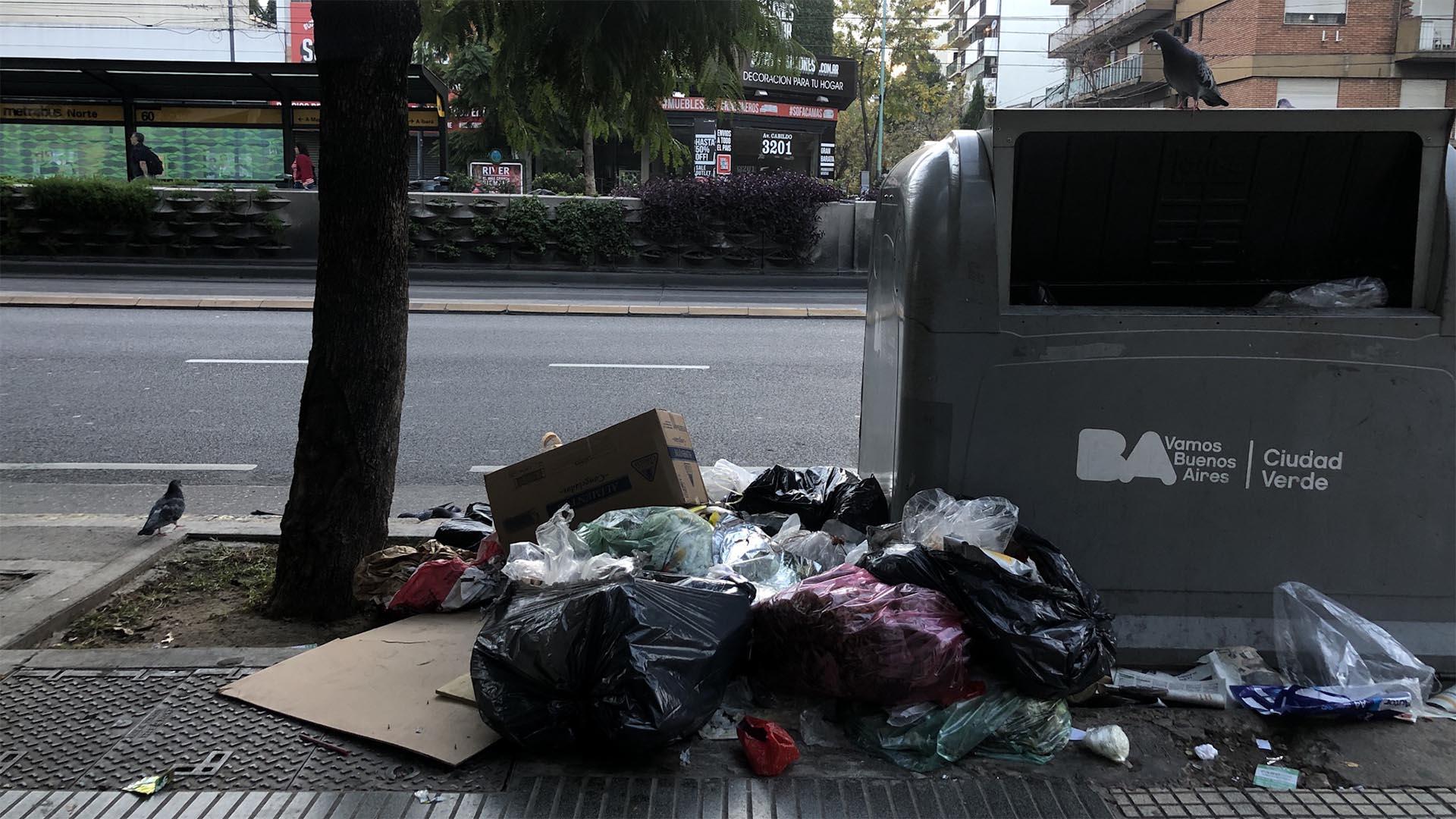 En varias esquinas, la suciedad se agravó porque personas de escasos ingresos y en situación de calle revolvieron las bolsas para encontrar comida.