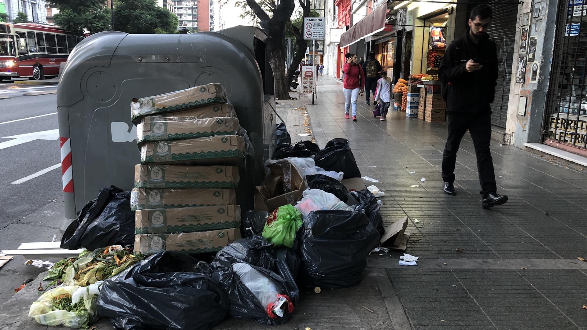 Así estaban las veredas en la zona del Metrobús Norte, que circula por avenida de avenida Cabildo. En la foto, contenedores a la altura de la calle Quesada.