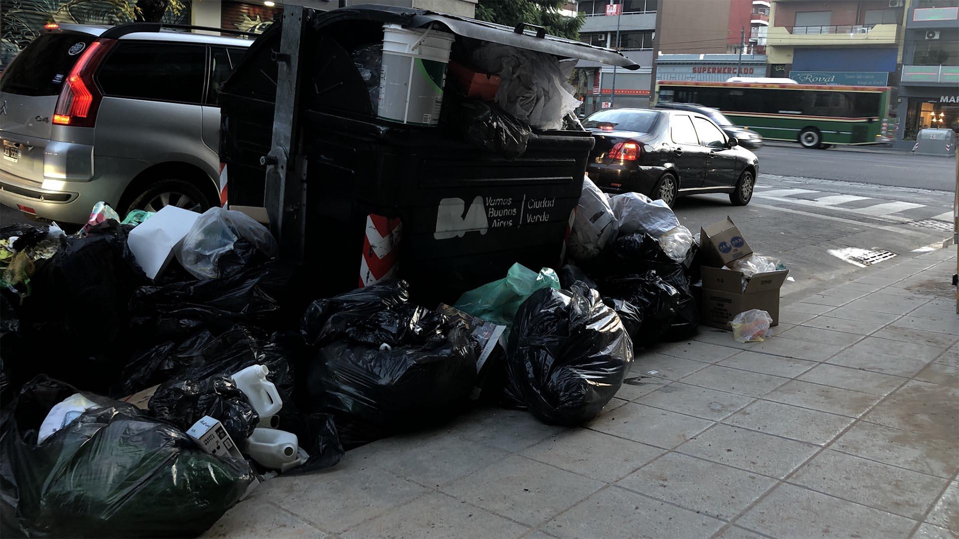 """El secretario gremial de Camioneros, Marcelo Aparicio responsabilizó al gobierno porteño por """"no contratar"""" el servicio de recolección durante el feriado del 1 de mayo."""