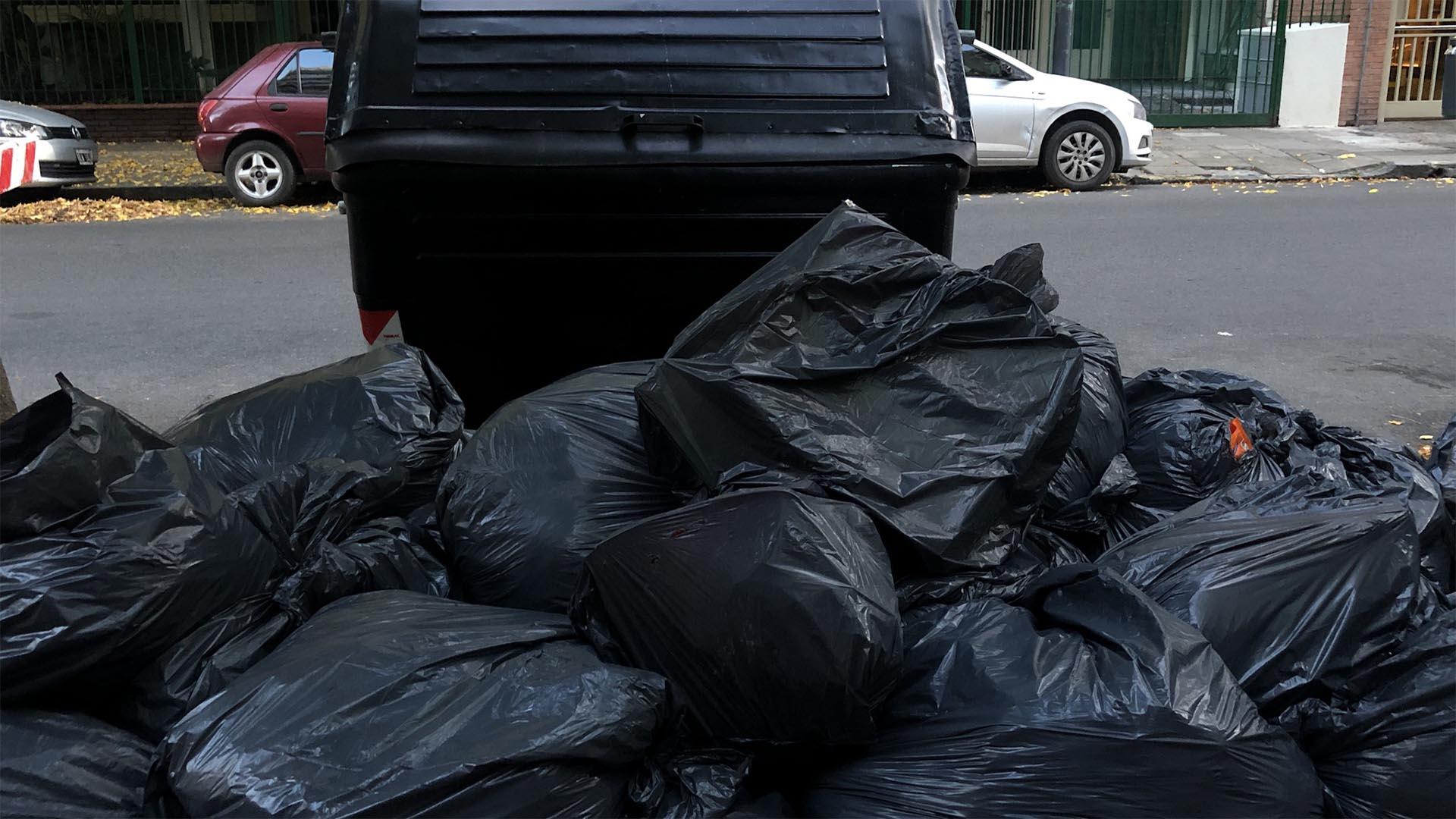 """Se acumularon más de dos días de basura en la calle y será """"complicado normalizarlo"""", anticiparon desde Camioneros."""