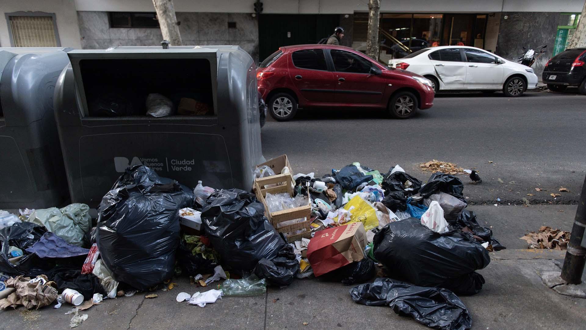 Numerosas esquinas de la Ciudad amanecieron con las bolsas rotas y desgajadas.