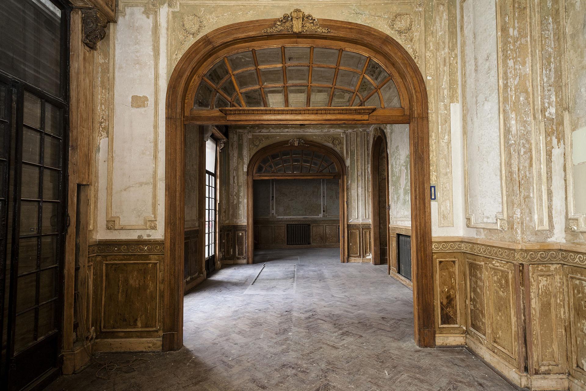 En algunos espacios de la Confitería el público podrá ver tanto la lámpara principal como parte de un grupo de vitrales completamente restaurados
