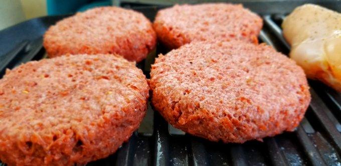 Hamburguesas Beyond Meat a la parrilla (Foto: Opy Morales)
