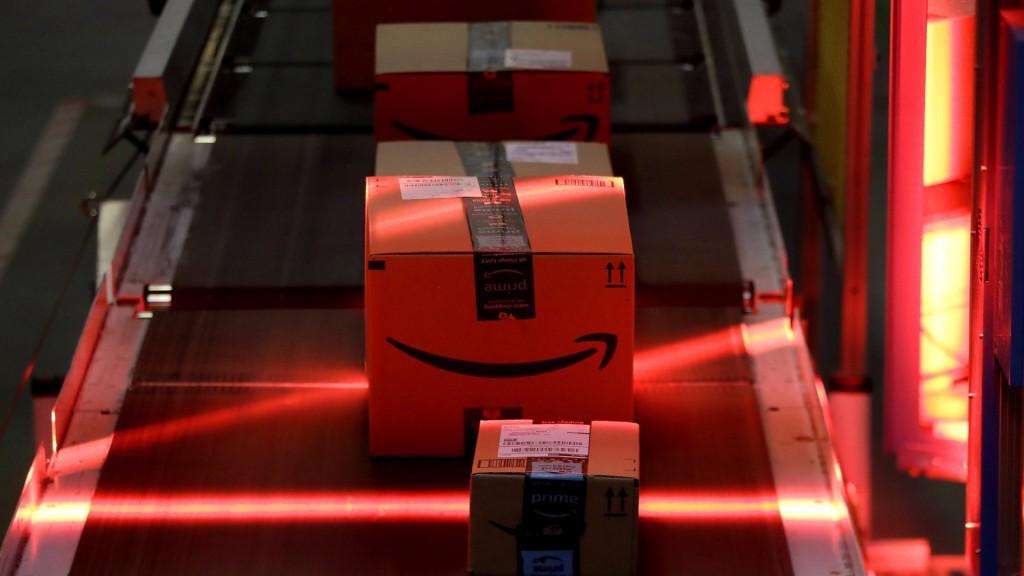 """Los almacenes de Amazon todavía están """"lejos"""" de tener procesos completamente automatizados (Foto: AP)"""
