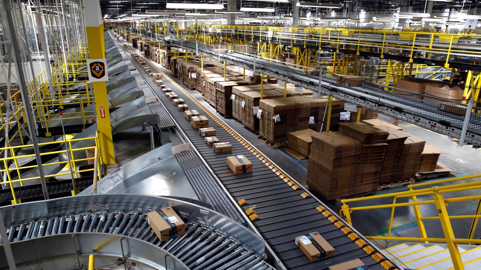 Amazon sí se encuentra explorando una variedad de tecnologías para poder automatizar algunos de los pasos necesarios para hacer llegar un paquete a cualquier comprador (Foto: AP)
