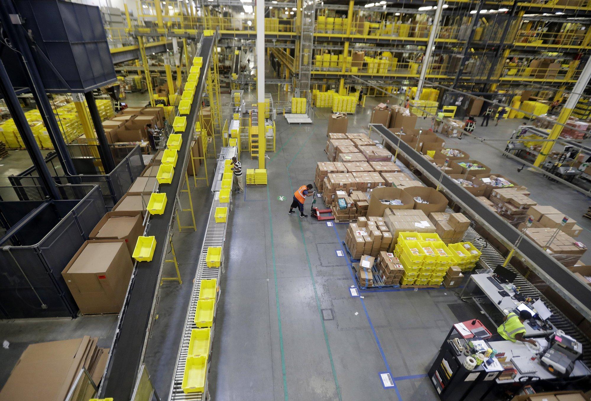La compañía de Jeff Bezos aseguró que todavía tendrán que pasar muchos años para que los procesos no requieran la intervención de los trabajadores, al menos una década (Foto: AP)