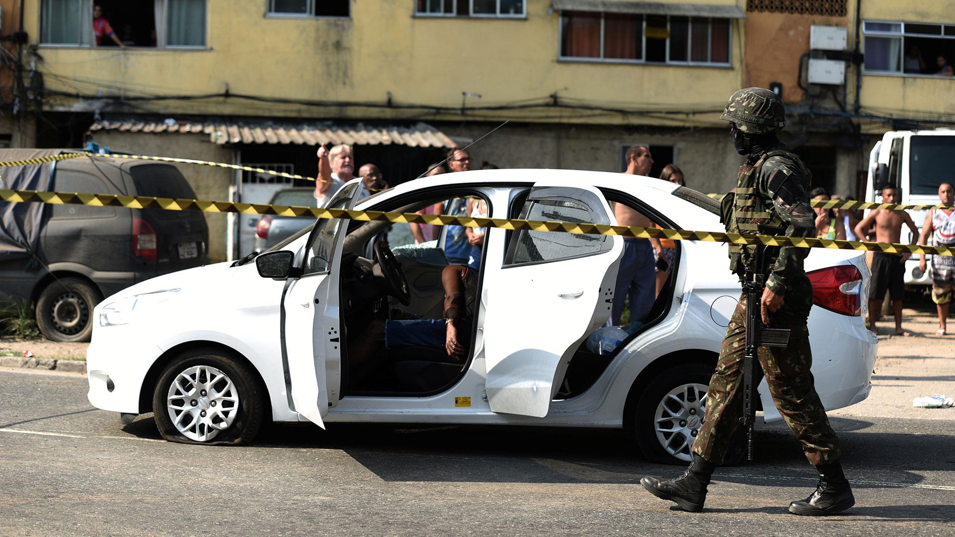 Un automóvil que quedó en medio de un tiroteo, en una favela en Río (Reuters)