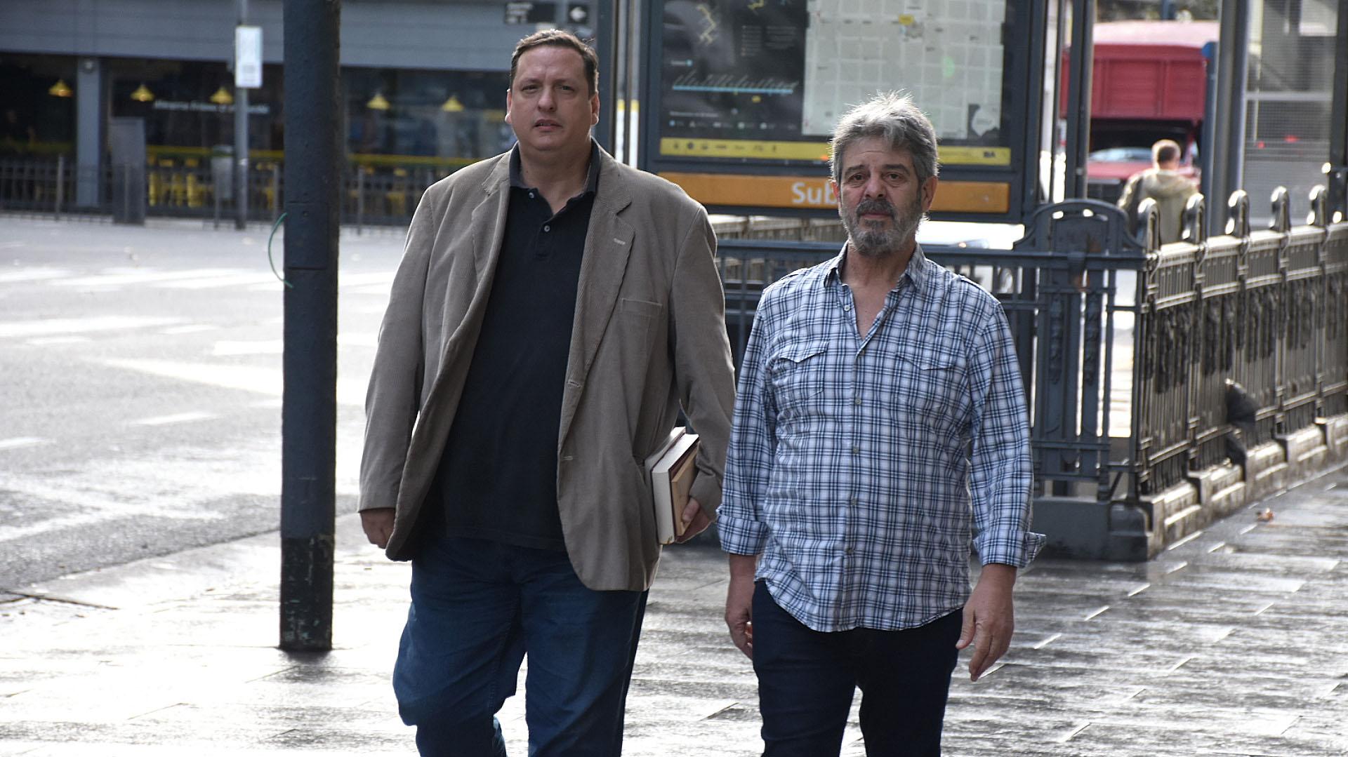 El escritor Hernán Brienza y Sergio Burstein, dirigente de Familiares y Amigos de las Víctimas de la AMIA