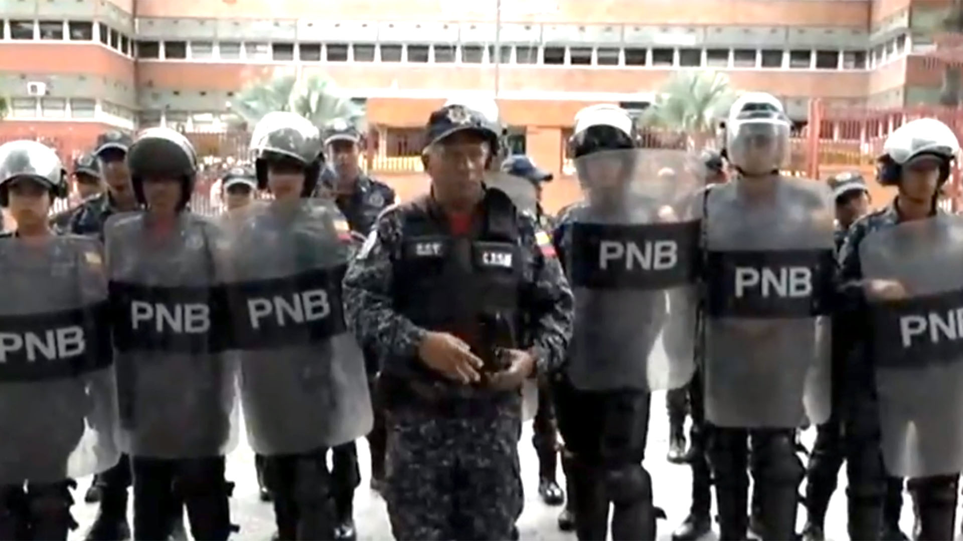 Efectivos de la Policía Nacional Bolivariana están en las puertas del cuartel militar de San Bernardino, en Caracas