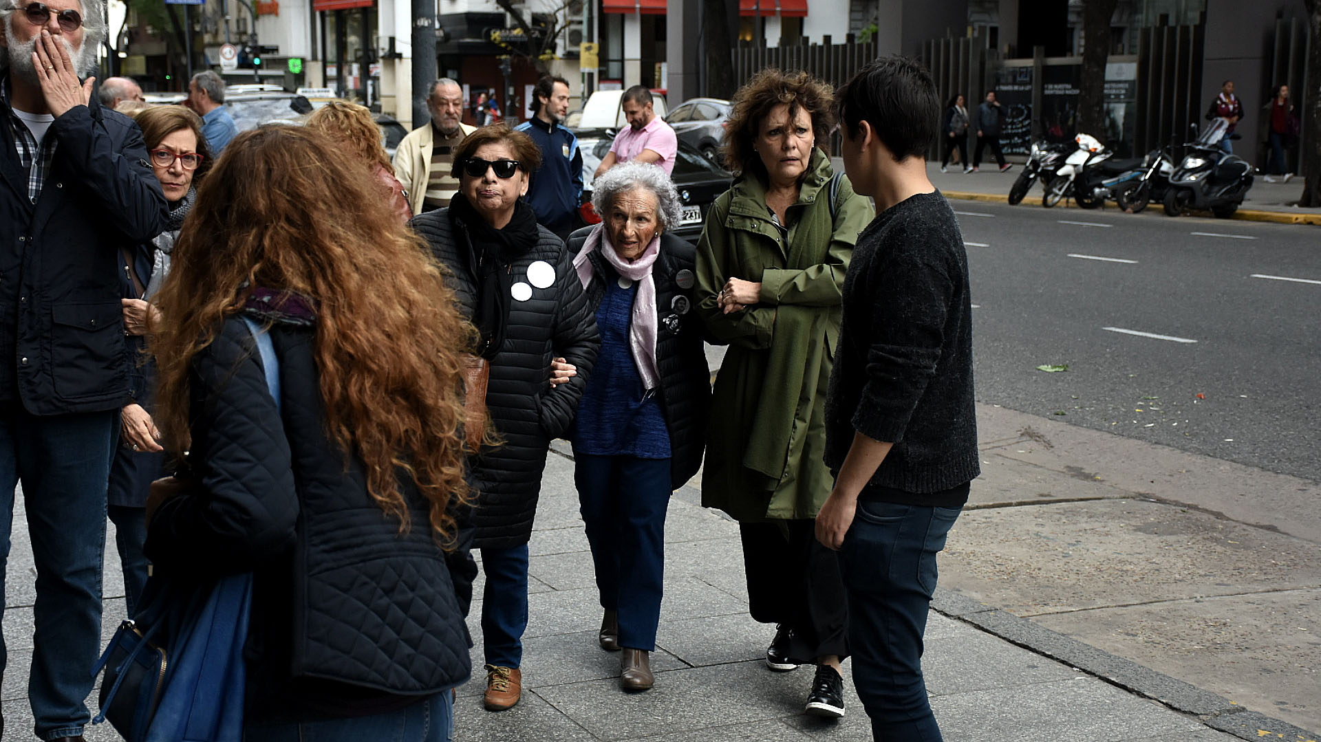 Lita Boitano (centro, bufanda clara), presidente de Familiares de Desaparecidos y Detenidos por Razones Políticas
