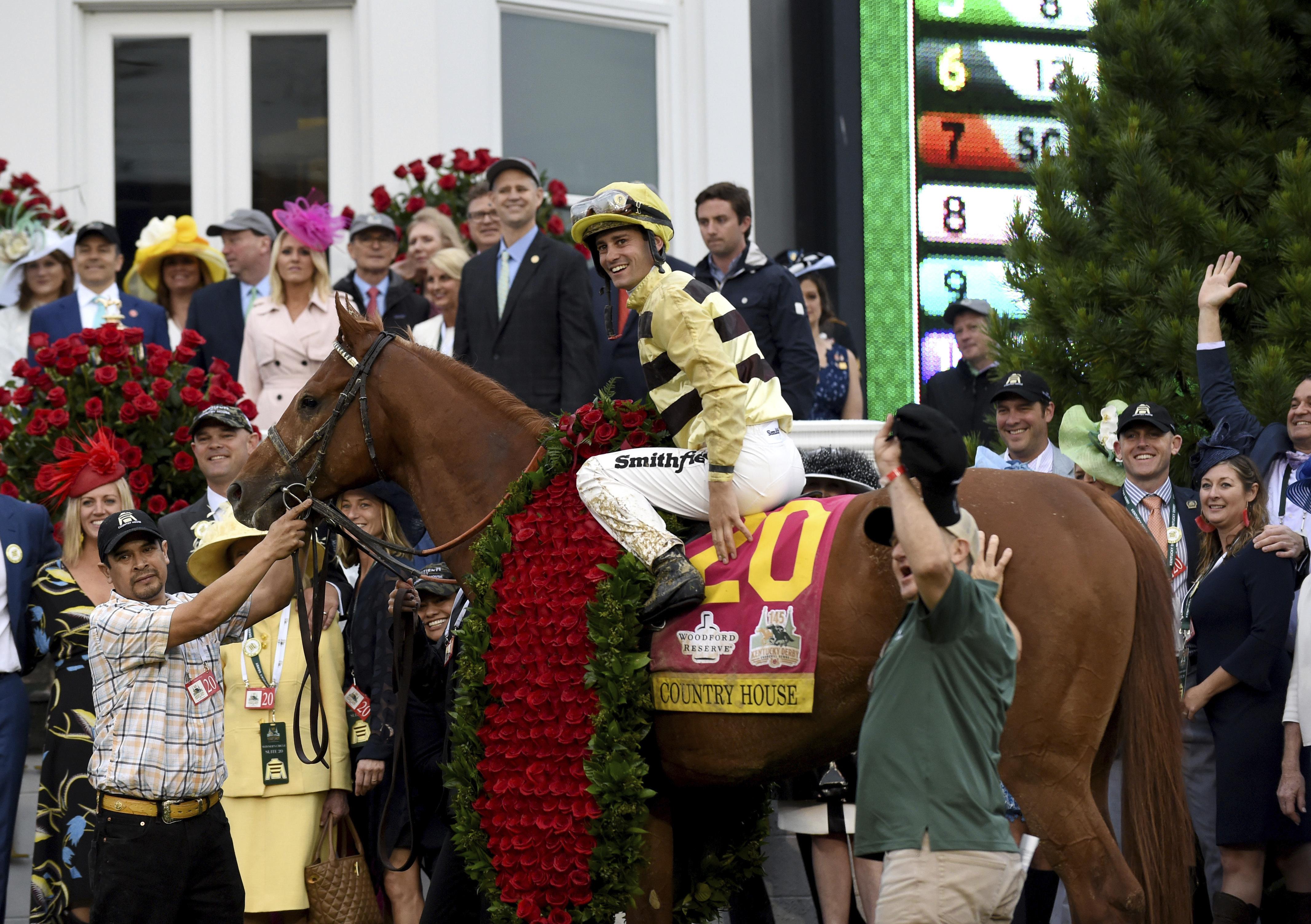 Jockey Flavien Prat celebra el primer lugar. (Photo by Diane Bondareff/Invision for Longines/AP Images)