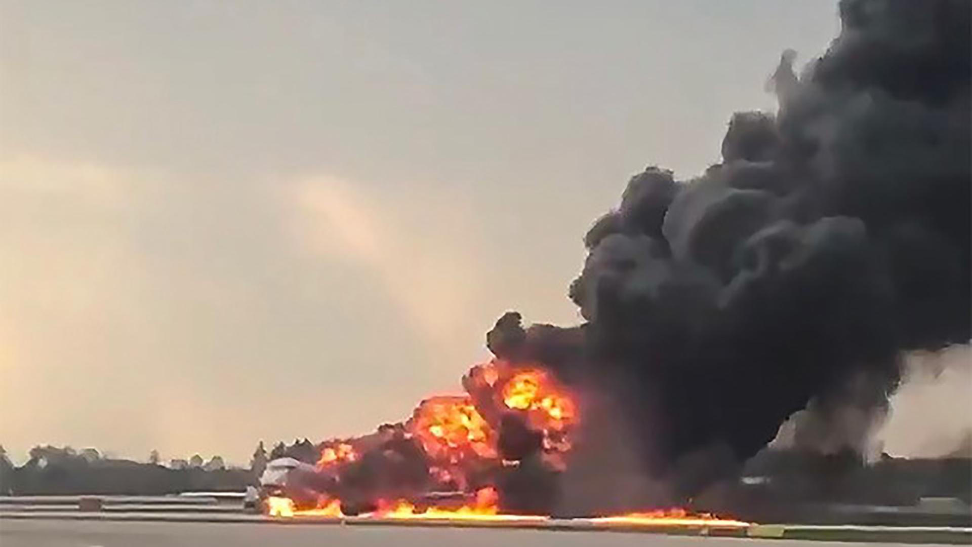 Así quedó envuelto en llamas el avión en el aeropuerto de Moscú(Reuters y AFP)