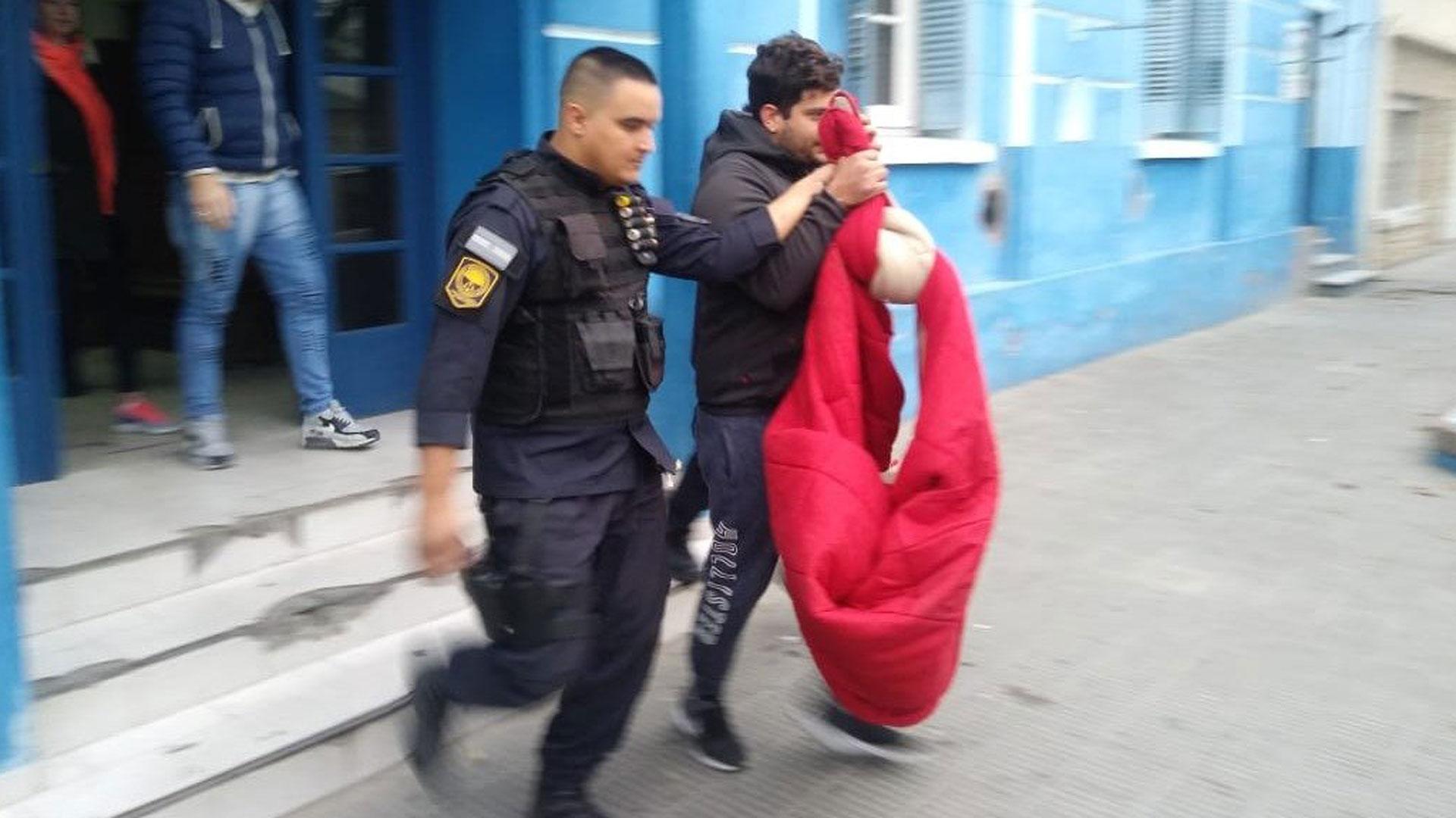 El traslado del detenido (Policía)