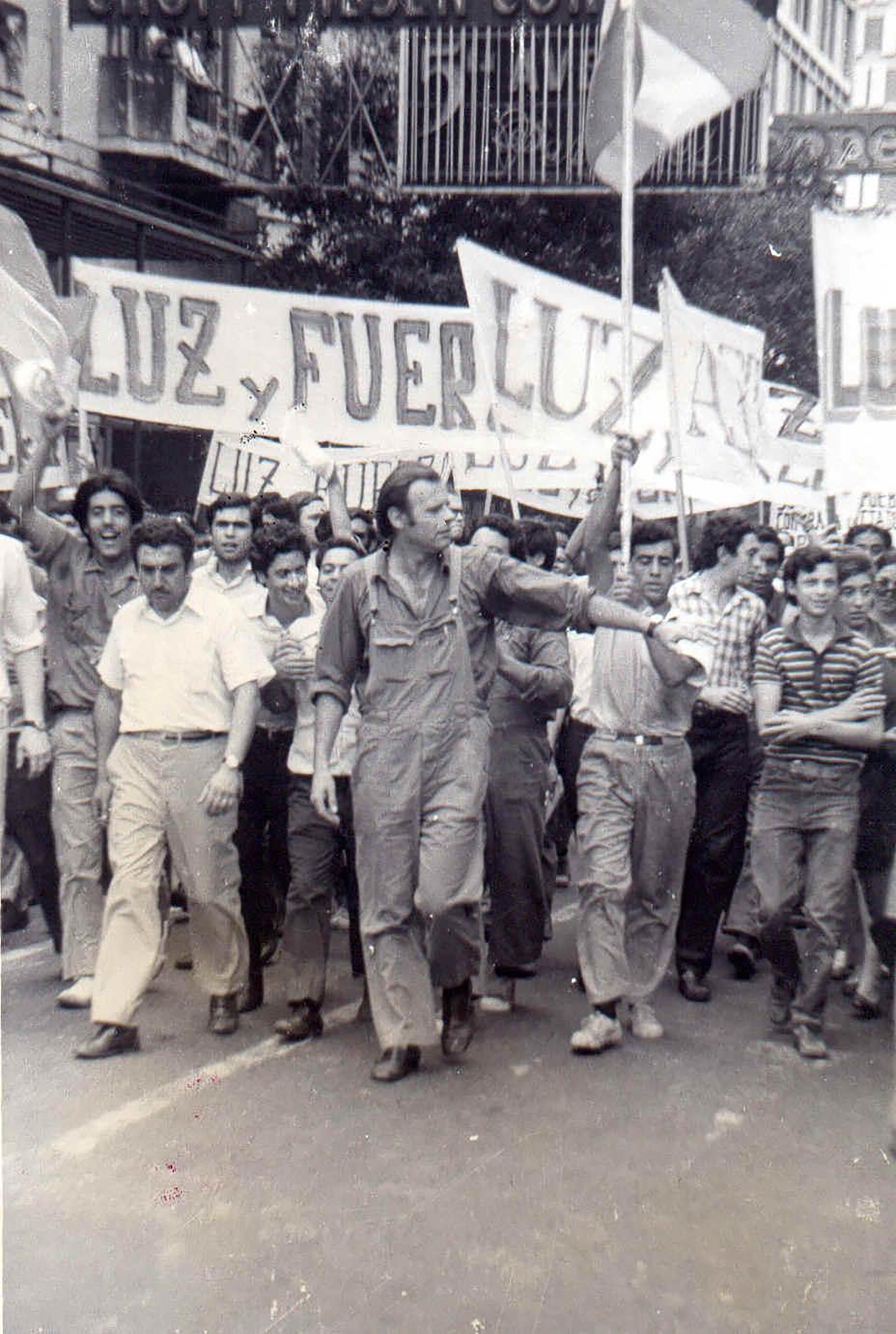 """""""¡Luche, luche, luche, no deje de luchar por un gobierno obrero, obrero y popular!"""", cantaba la columna de Luz y Fuerza por las calles"""