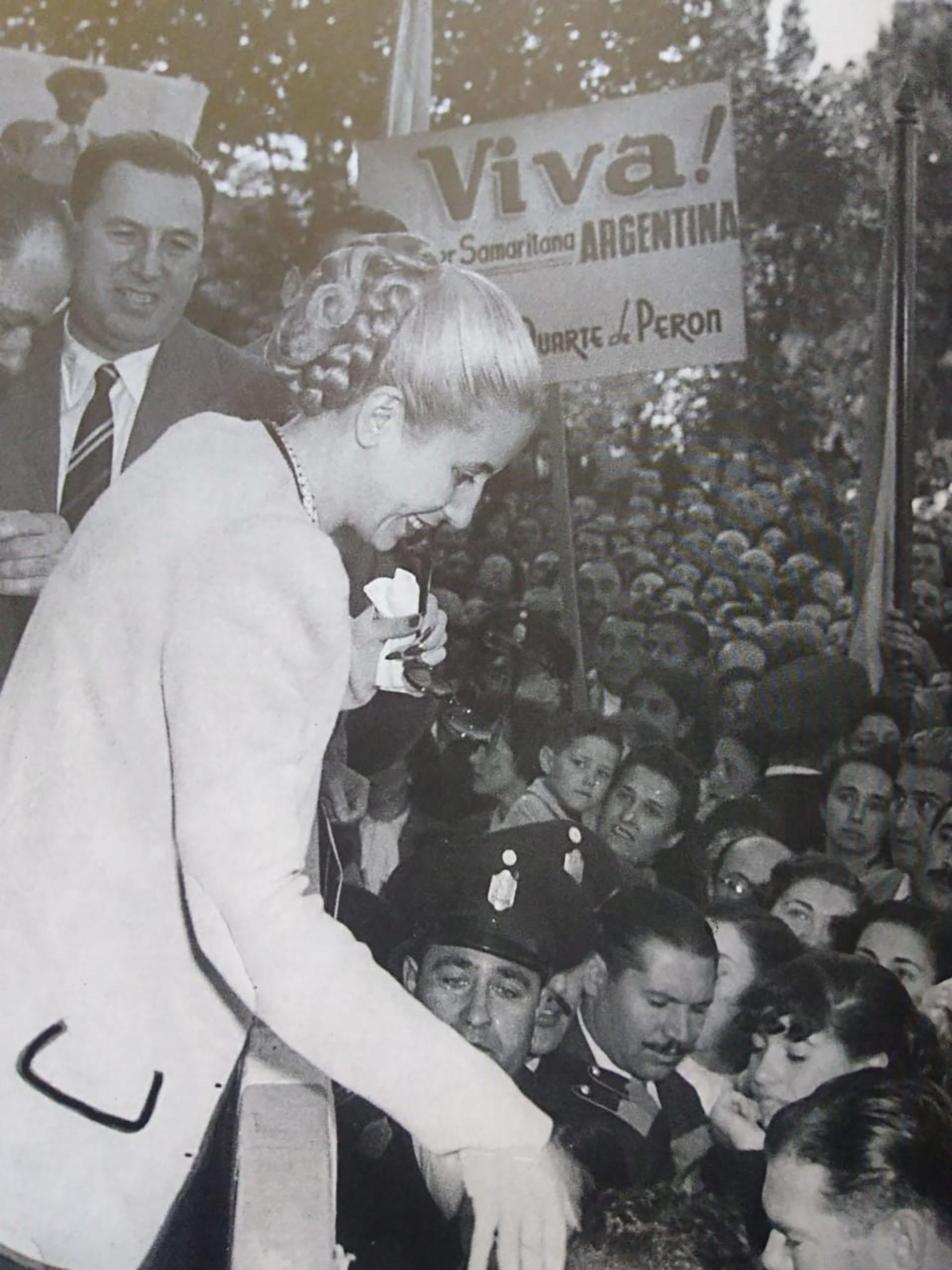"""Cuatro días después, el 17 de octubre de 1945, una fecha que da origen al """"Día de la Lealtad"""", los obreros, los trabajadores, los """"descamisados"""", dejaron sus puestos de trabajo y se dirigieron a la Plaza de Mayo a reclamar la presencia de quien los había protegido. Temían que con su destitución se perdieran todas las conquistas laborales alcanzadas. La multitud no abandonó la Plaza hasta que Perón fue liberado y aparecióen el balcón de la Casa Rosada. Esa misma noche, y para júbilo de la multitud, el gobierno anuncia la fecha de las elecciones nacionales"""