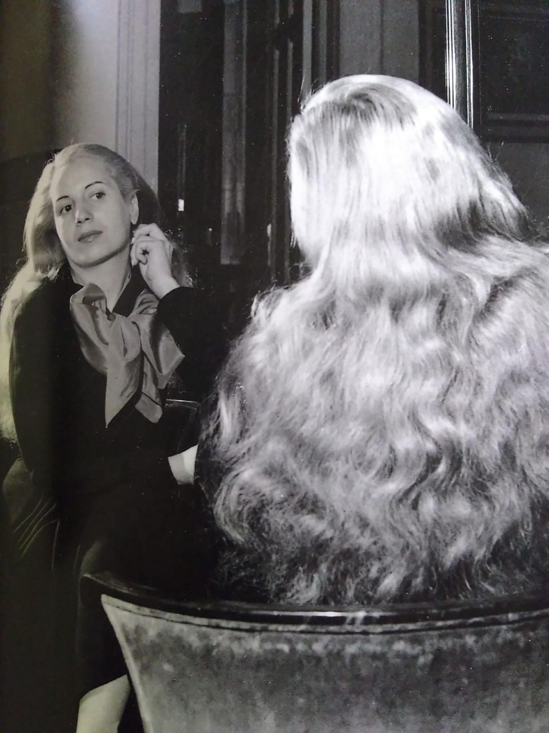 """En Junín, Eva permanece hasta 1935. Su casa, ubicada en Roque Vázquez, se conserva aún hoy. Allí se consolida su faceta artística. En su autobiografía """"La razón de mi vida"""" cuenta: """"Siendo una chiquilla, siempre deseaba declamar. Era como si quisiese decir siempre algo a los demás, algo grande, que yo sentía en lo más hondo de mi corazón"""""""