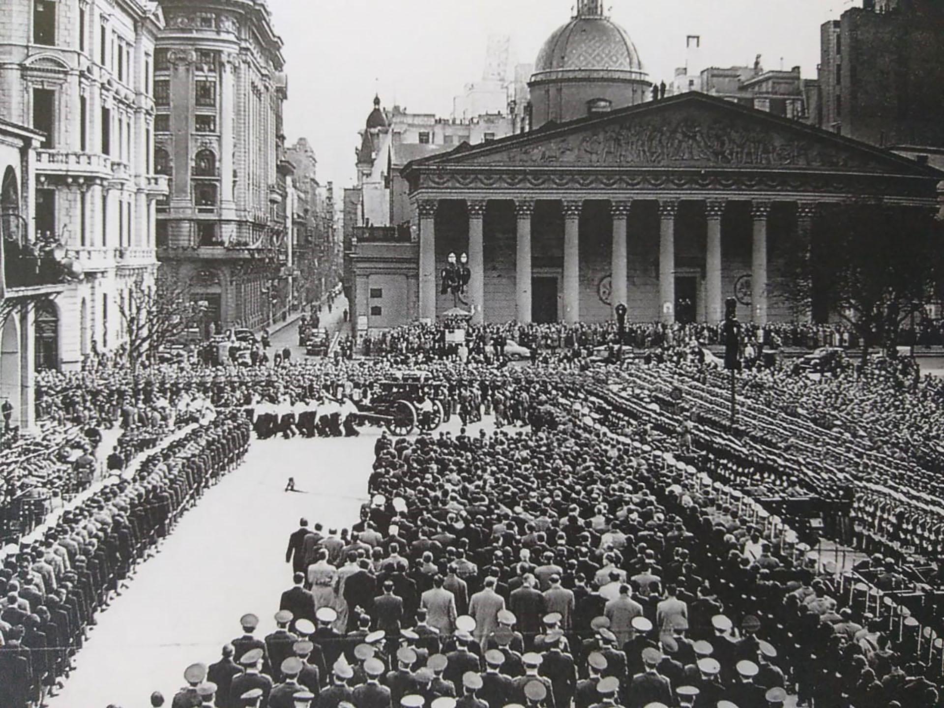 """Su cuerpo, embalsamado, se expone en el edificio de la CGT hasta 1955 cuando un golpe militar destituye al General Perón del poder. Para evitar el peregrinaje y la movilización popular, la llamada """"Revolución Libertadora"""" decide secuestrar el cadáver y trasladarlo a Italia y luego a España. En 1971, el cuerpo es devuelto a Perón en Madrid, como parte de las negociaciones para la apertura democrática de 1973. En 1975, por orden del gobierno presidido por María Estela Martínez de Perón -la tercera esposa del General-, los restos de Evita son repatriados. Actualmente se encuentran en el Cementerio de la Recoleta"""