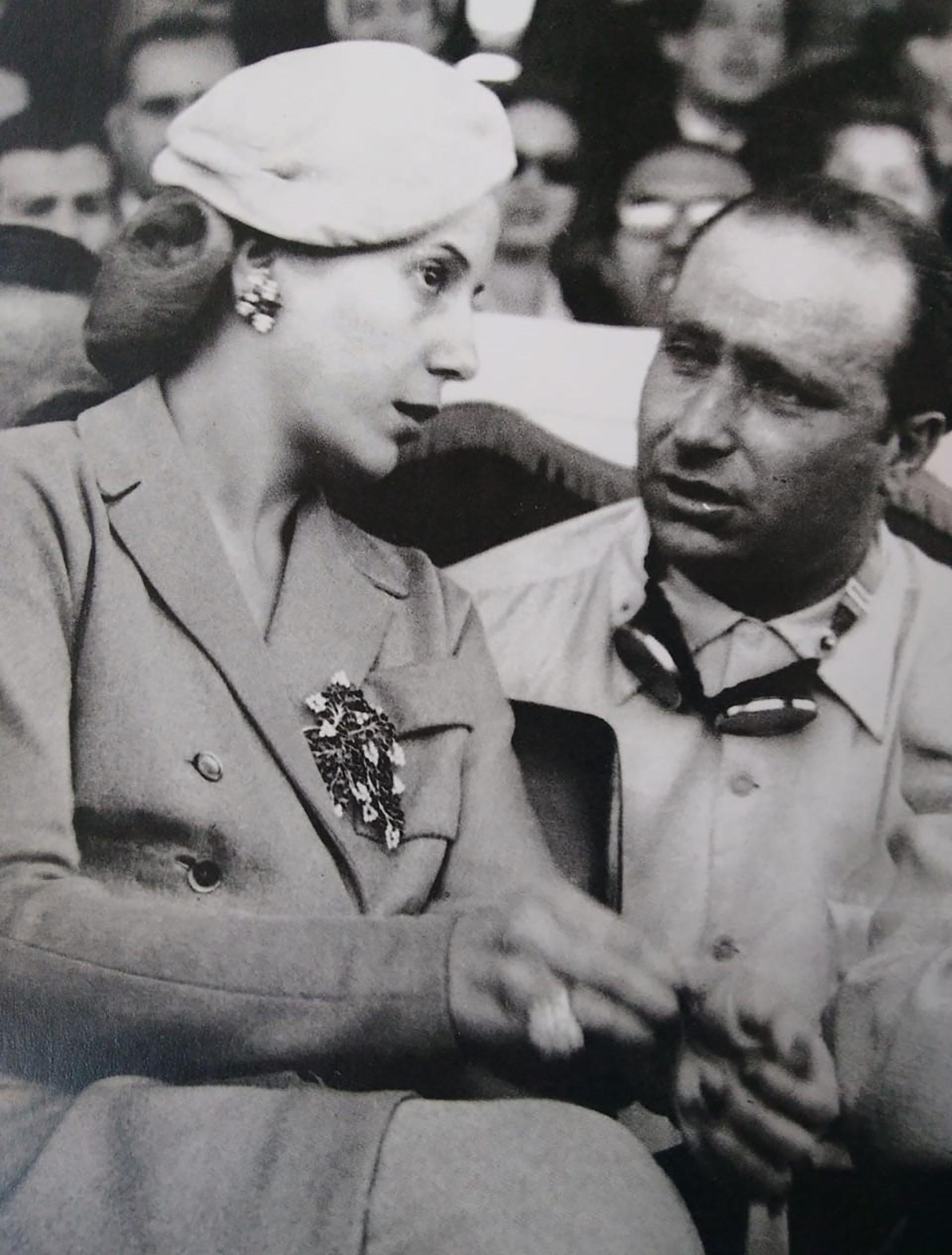 Eva Perón en compañía de Juan Manuel Fangio, el múltiple campeón de automovilismo