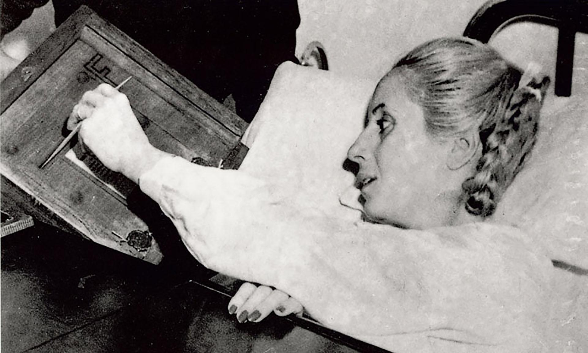 El 11 de noviembre de 1951 la fórmula Perón-Quijano gana las elecciones. Eva vota por primera y única vez en su lecho de enferma en el Policlínico de Avellaneda. Pocos días antes, había sido operada de su tumor. Su última aparición en público coincide con la asunción del General Perón en su segundo período. En la foto, Evita, convaleciente, emite su voto
