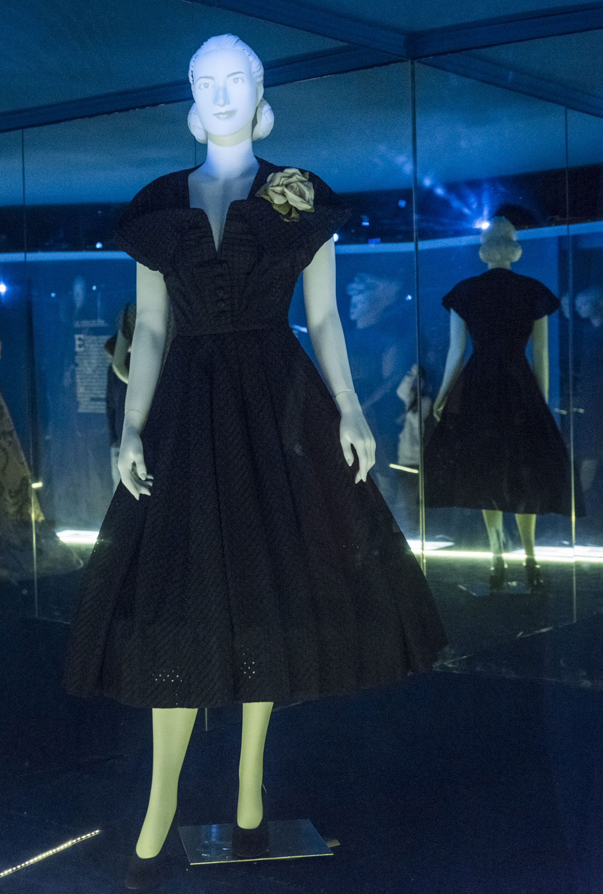 """""""Todos los vestidos son originales, salvo el primero que es una réplica porque no hay nada del año 35 para representar su adolescencia. Son vestidos que pertenecen a la colección que forma parte del patrimonio de este museo"""", explicó la curadora en diálogo con Infobae"""