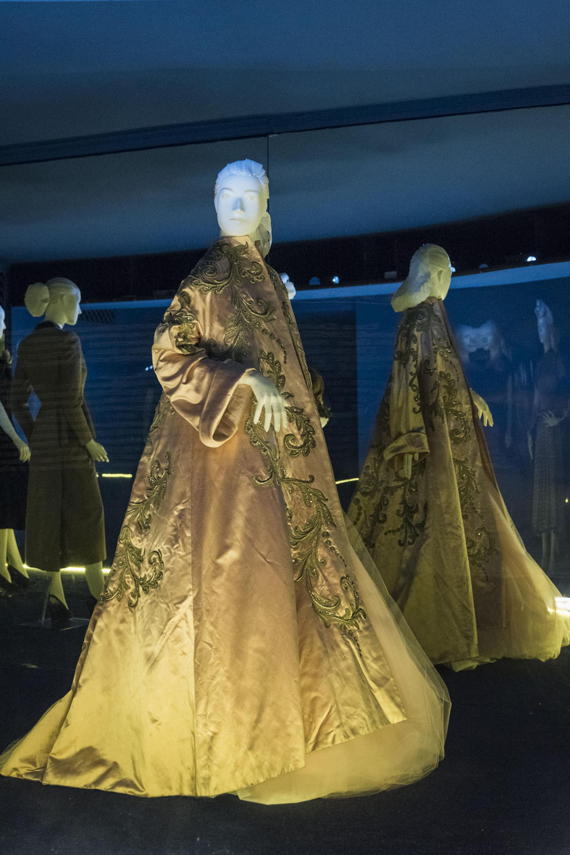 """""""Eva Primera Dama"""". A su regreso de Europa Eva renueva su vestuario. Christian Dior, Pierre Balmain, Jacques Fath fueron algunos de sus modistos predilectos. Para ella la justicia social debía implicar también la democratización de los valores estéticos"""