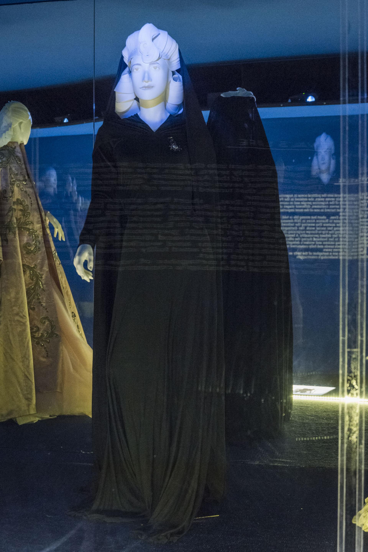 """""""Eva en el mundo"""". Una de sus primeras acciones como Primera Dama fue la gira internacional que realizó a mediados de 1947. Fue recibida por presidentes, primeros ministros, jefes de Estado, incluido el papa Pío XII. Para visitarlo eligió este vestido de seda y crêpe de la diseñadora argentina Bernarda"""