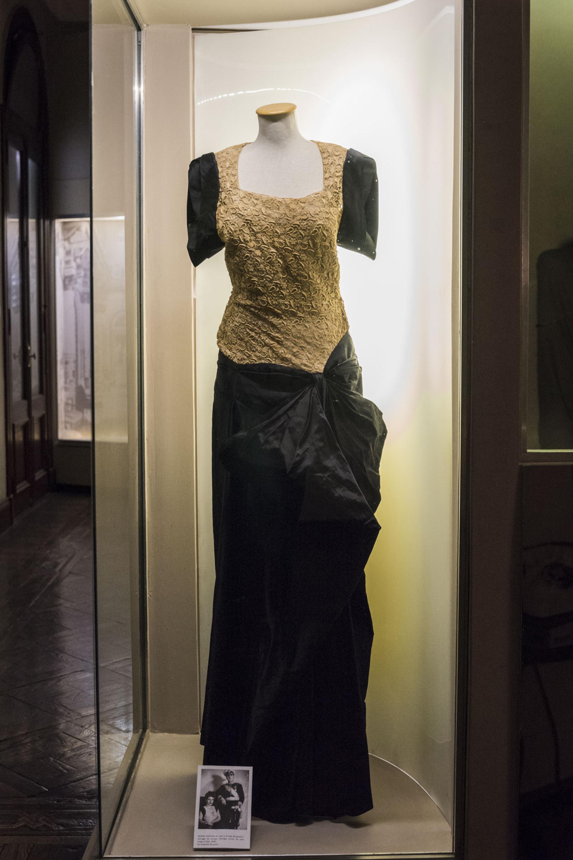 Vestido realizado en raso y encaje de giupiur largo hasta el piso sin etiqueta de autor