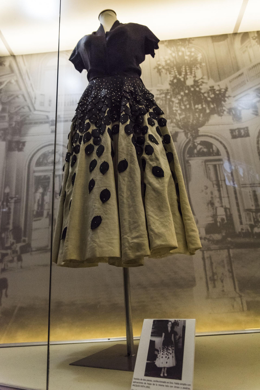 Eva lució un vestido de dos piezas, confeccionado en lino por Jacques Fath, durante la entrega de premio al doctor Finochieto en la residencia presidencial el 5 de enero del 52
