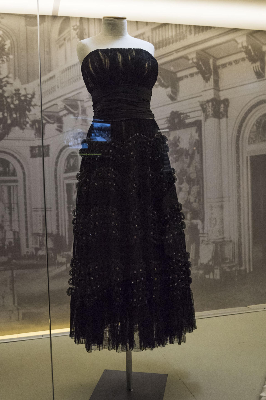 Vestido strapless realizado en tul, falda fruncida con detalles de canutillos, apliques en villoné y strass de Genevieve Loussette