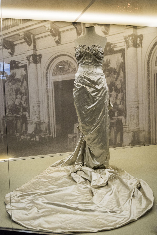 Eva lució este vestido en una gala para el Teatro Colón y se hace visible también en el primer retrato oficial en el que un presidente argentino posó junto a la Primera Dama en 1948. Se trataba de un vestido de raso de rayón con apliques de perlas en el busto diseñado por Jacques Fath