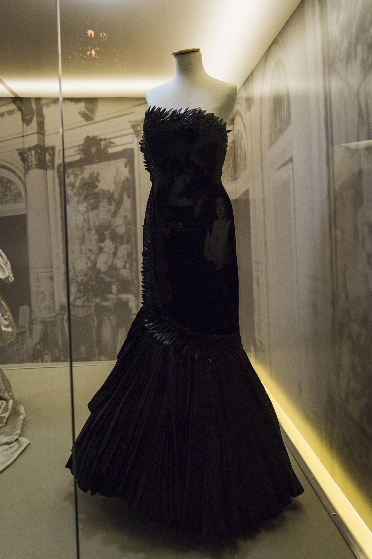La Primera Dama optó por un vestido de tercipelo y tafeta de seda de Marcel Rochas para una gala del Teatro Colón del 9 de julio de 1951