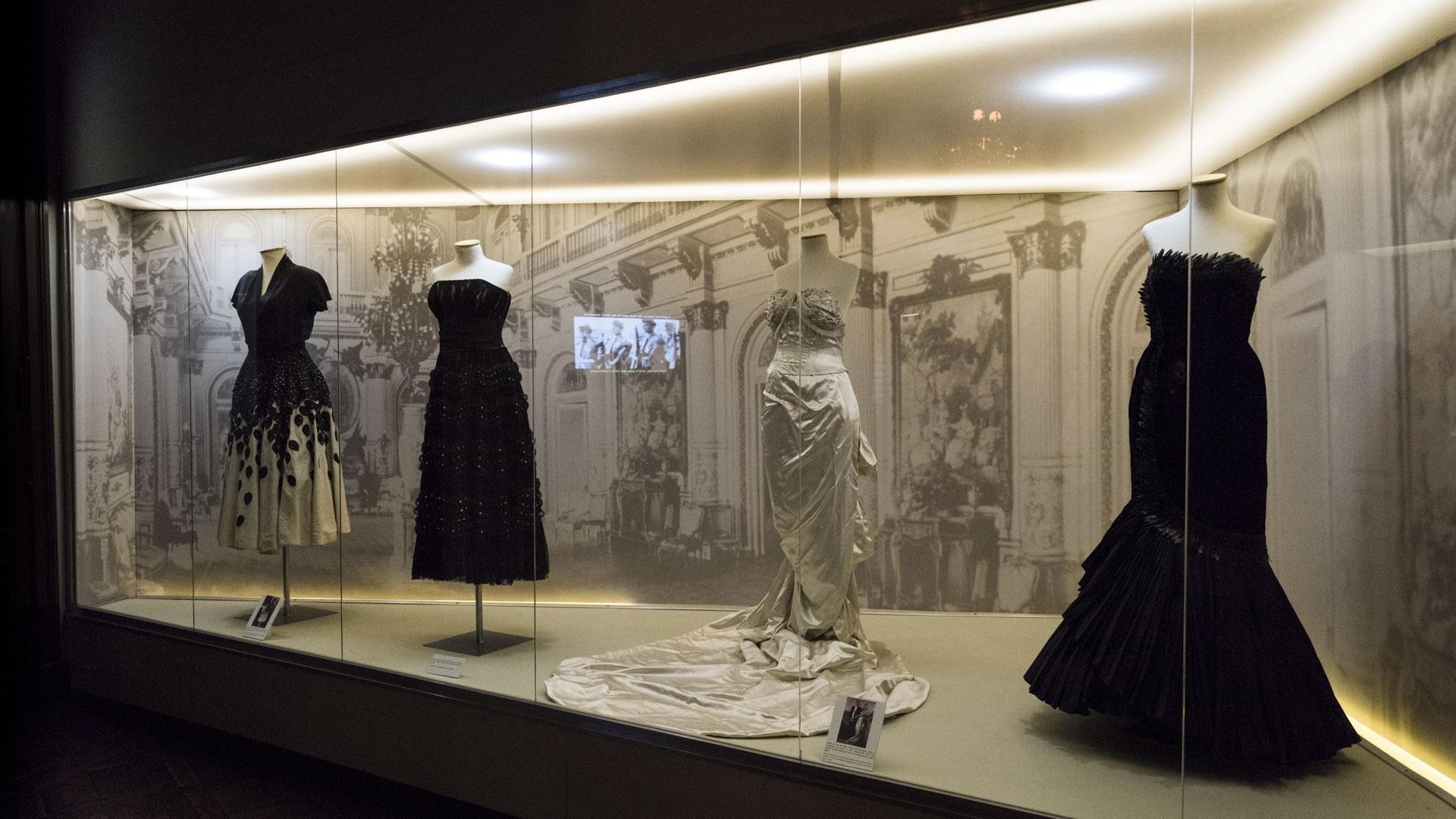 La mayoría de los vestidos exhibidos en la primera sala del museo son de modistos argentinos. En su gira a Europa, la mujer de Juan Domingo Perón vistió trajes de diseñadores nacionales