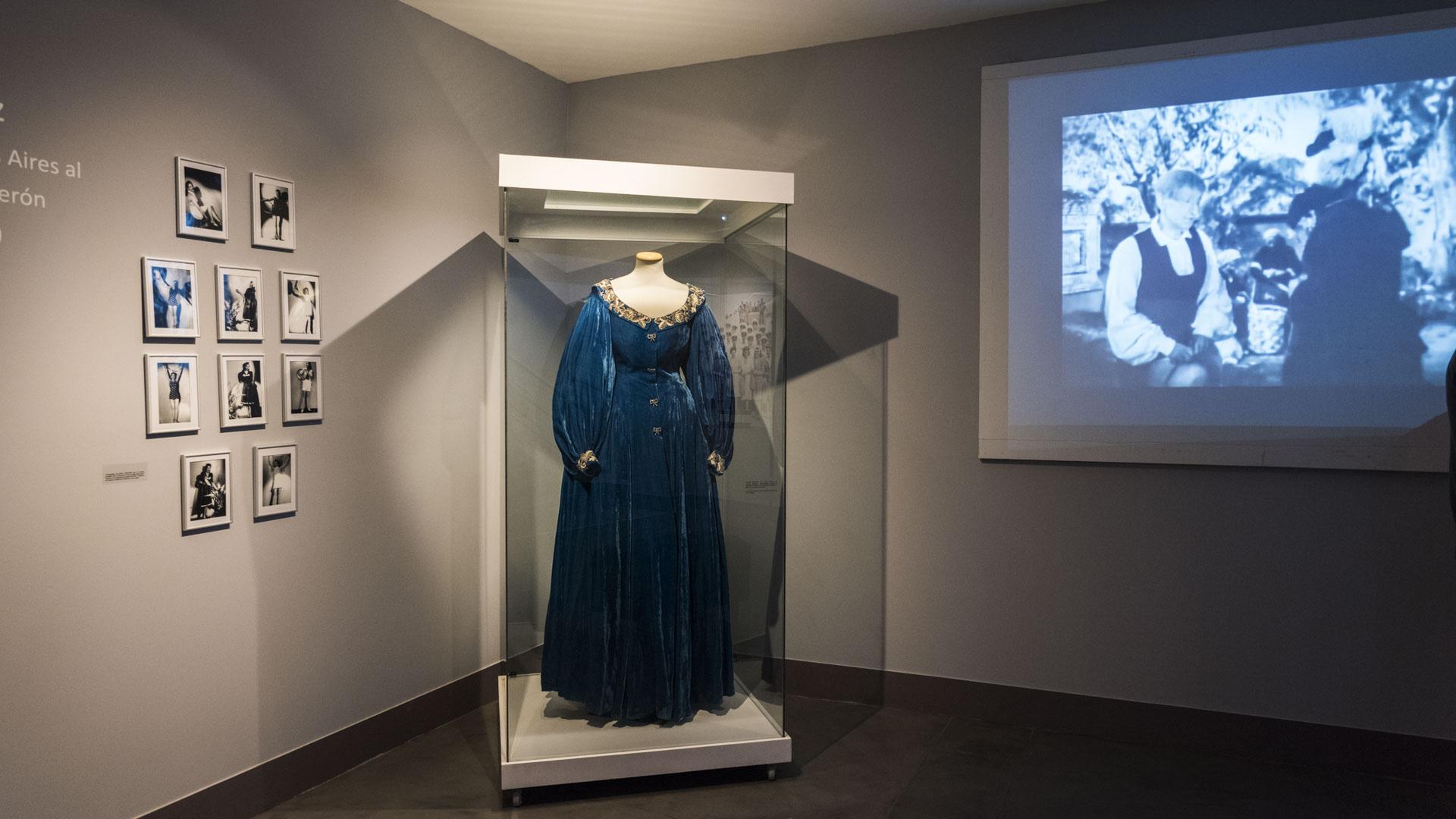"""Vestido utilizado por Evita en la película """"La Pródiga"""", realizado en chifón de corte a la cadera, mangas abullonadas y cuello bordados con diseños fitomorfos"""