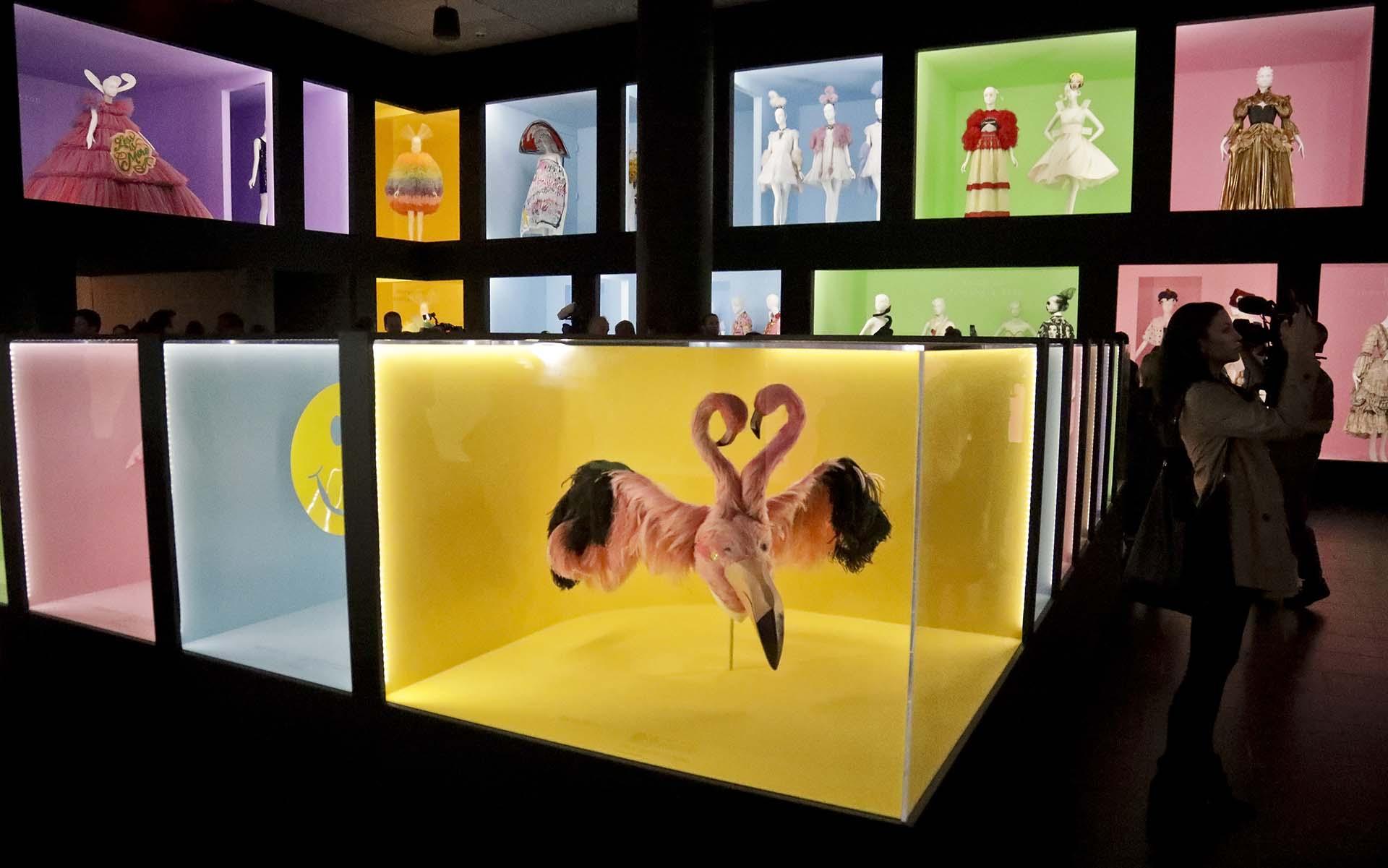 Diseños fashionistas exhibidos en la muestra y dispuestos en cubos de colores