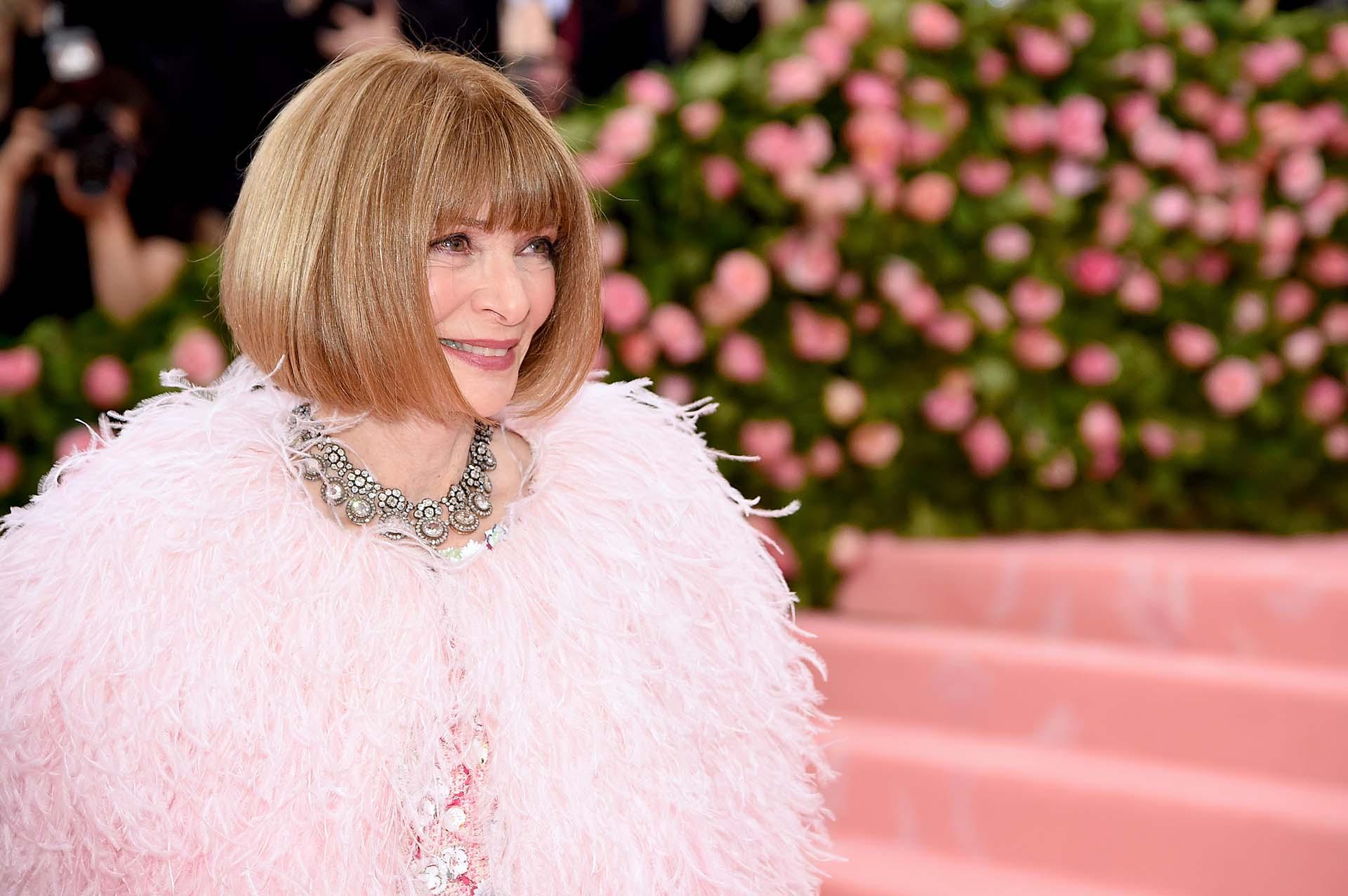 Anna Wintour, la gran anfitriona de la noche, con un diseño de Chanel Couture con strass de colores pstel y una capa de plumas rosas. Un auténtico flamenco fashionista, y a tono con la alfombra de la gala